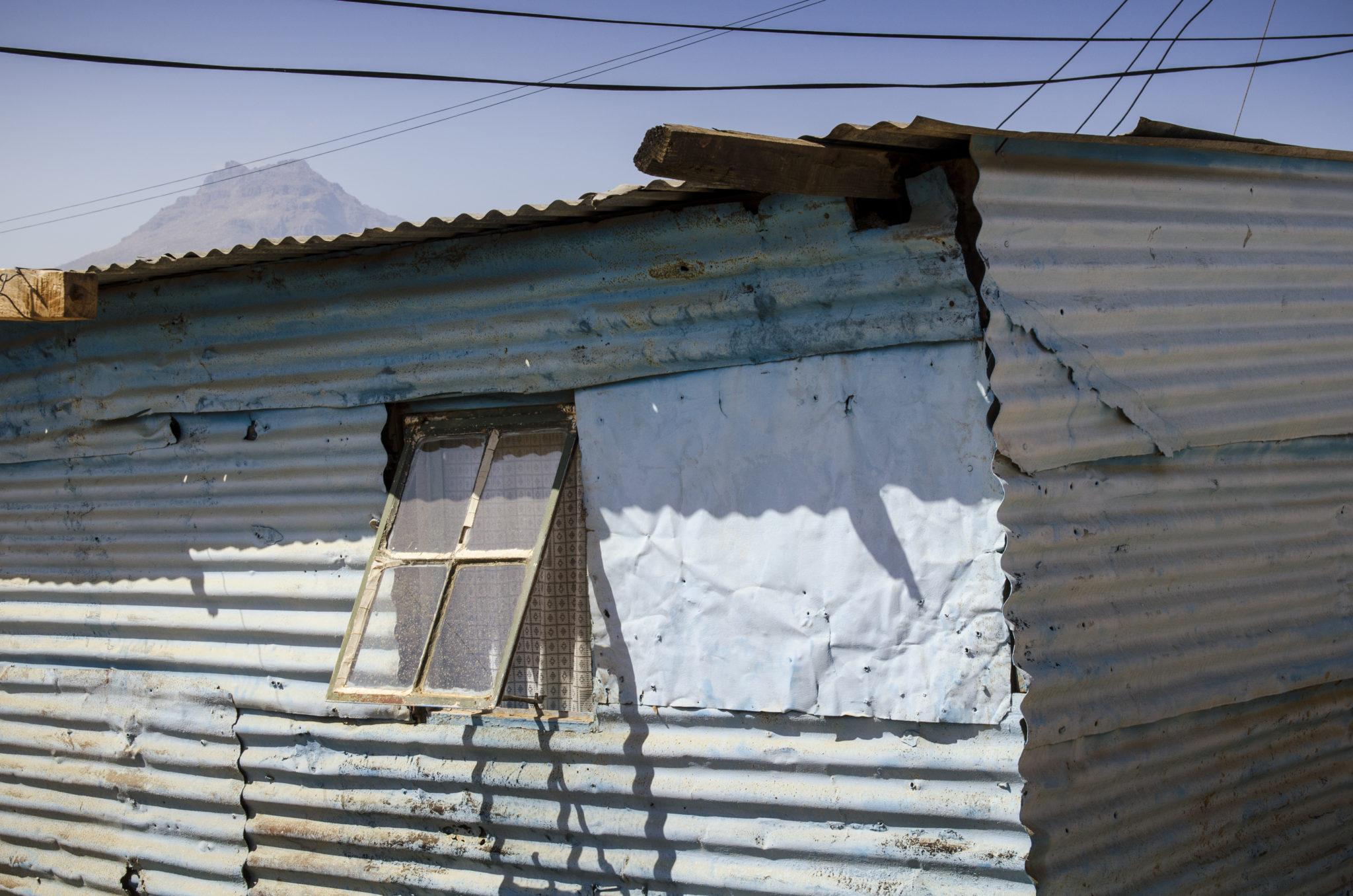 Eine Hütte aus Blech im Kayamandi Township