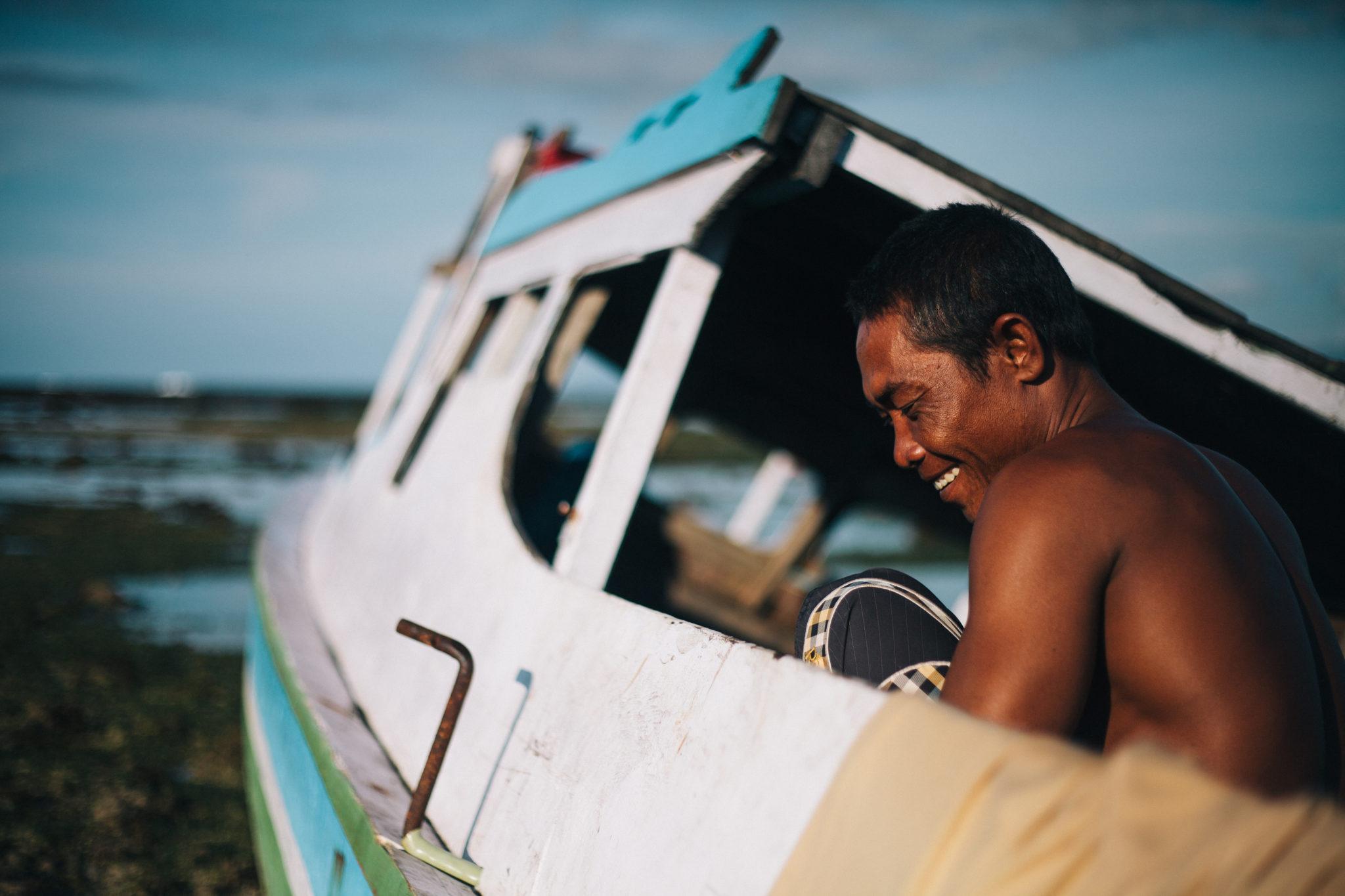 Sumbawa-Mann-Fischerboot