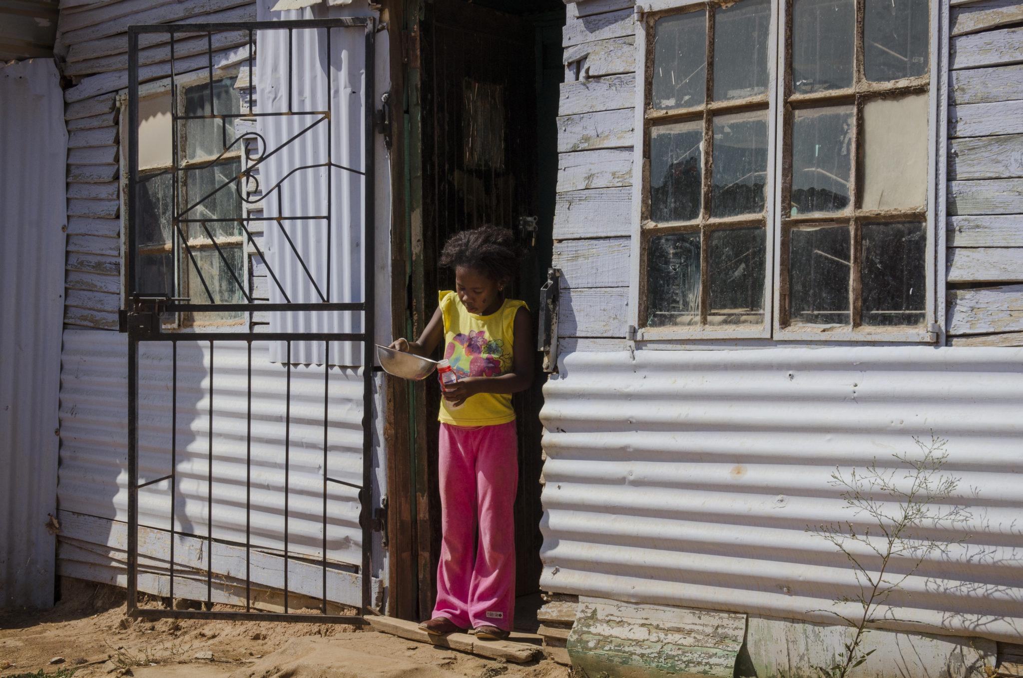 Ein Mädchen im Township Kayamandi in Südafrika