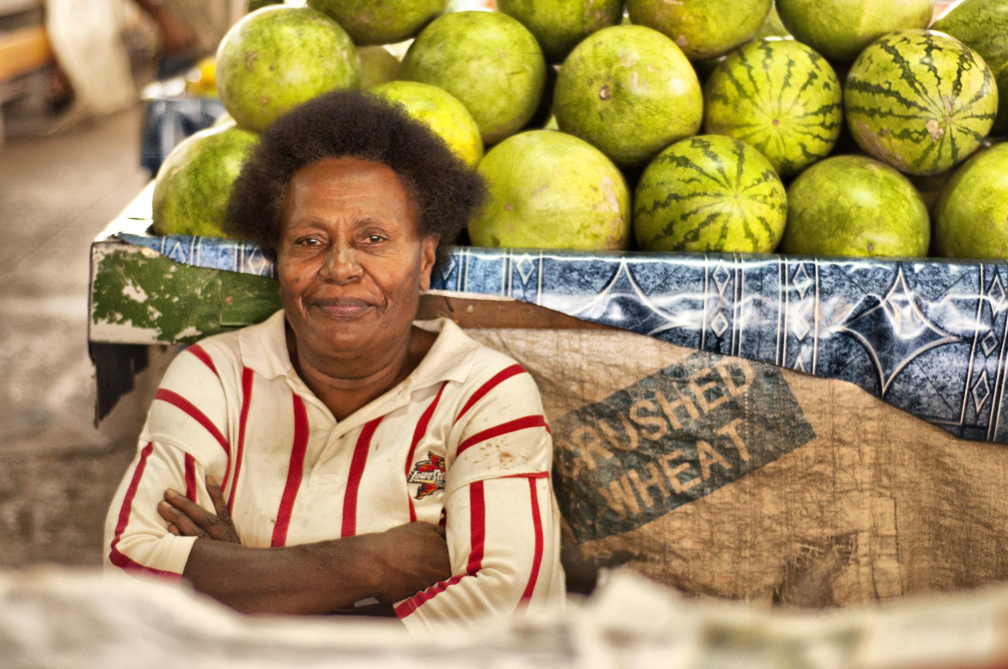 Verkäuferin auf einem Markt auf Viti Levu in Fidschi