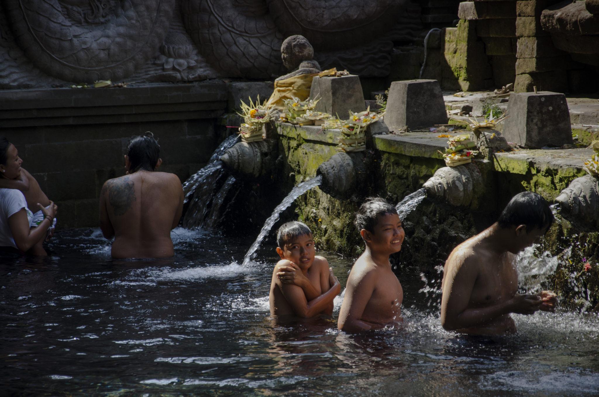 Heilige Waschung der Hindus auf Bali