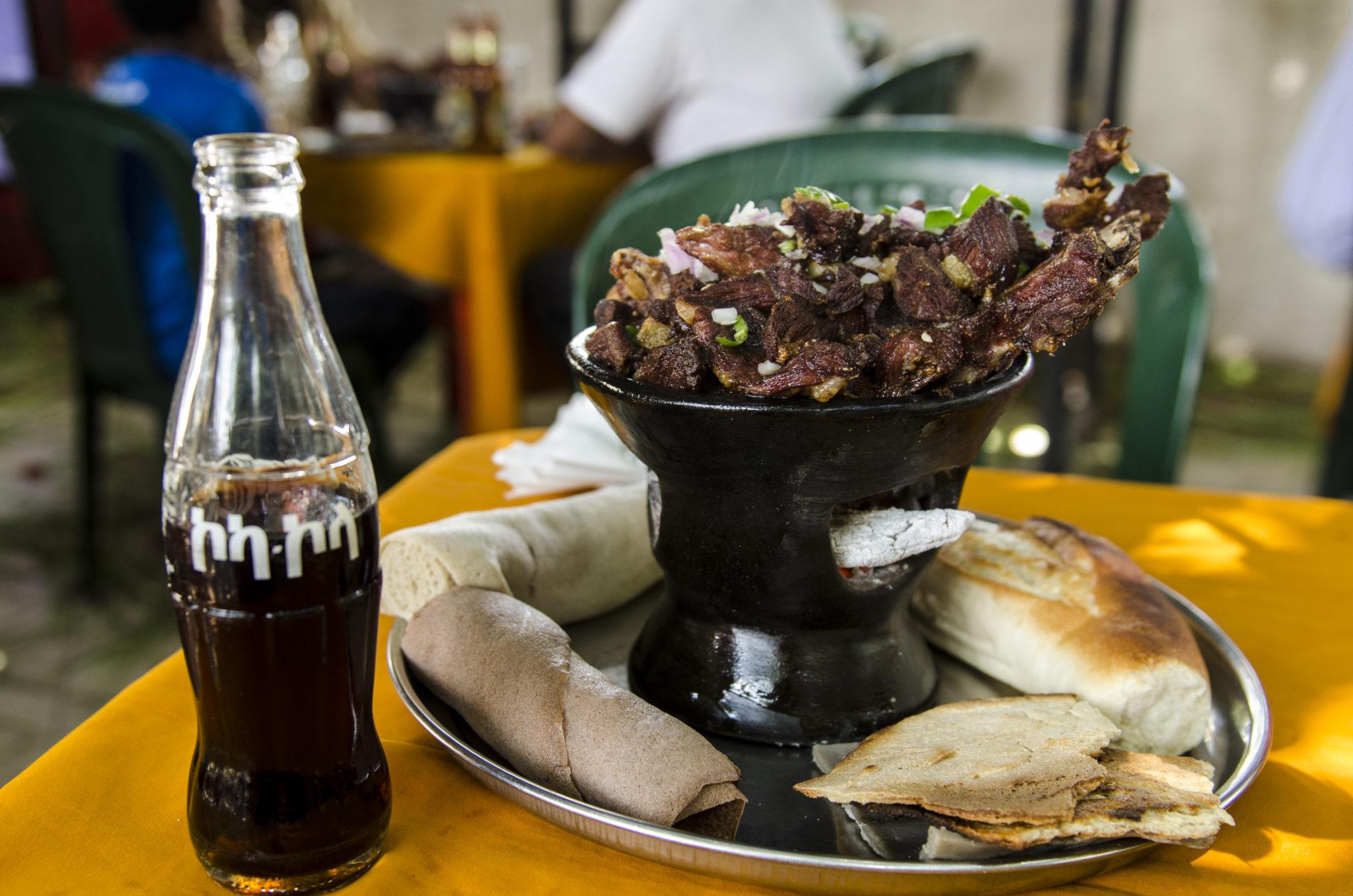 Äthiopisches Essen besteht meist aus Injera und gebratenem Fleisch