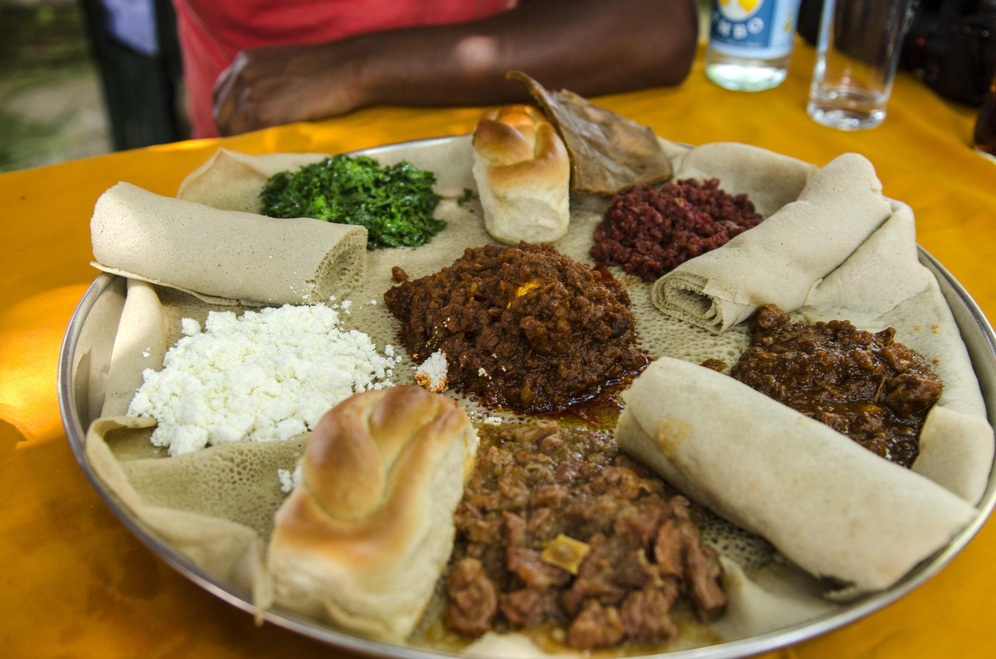 Typisch äthiopisches Essen mit Injera und Sauce