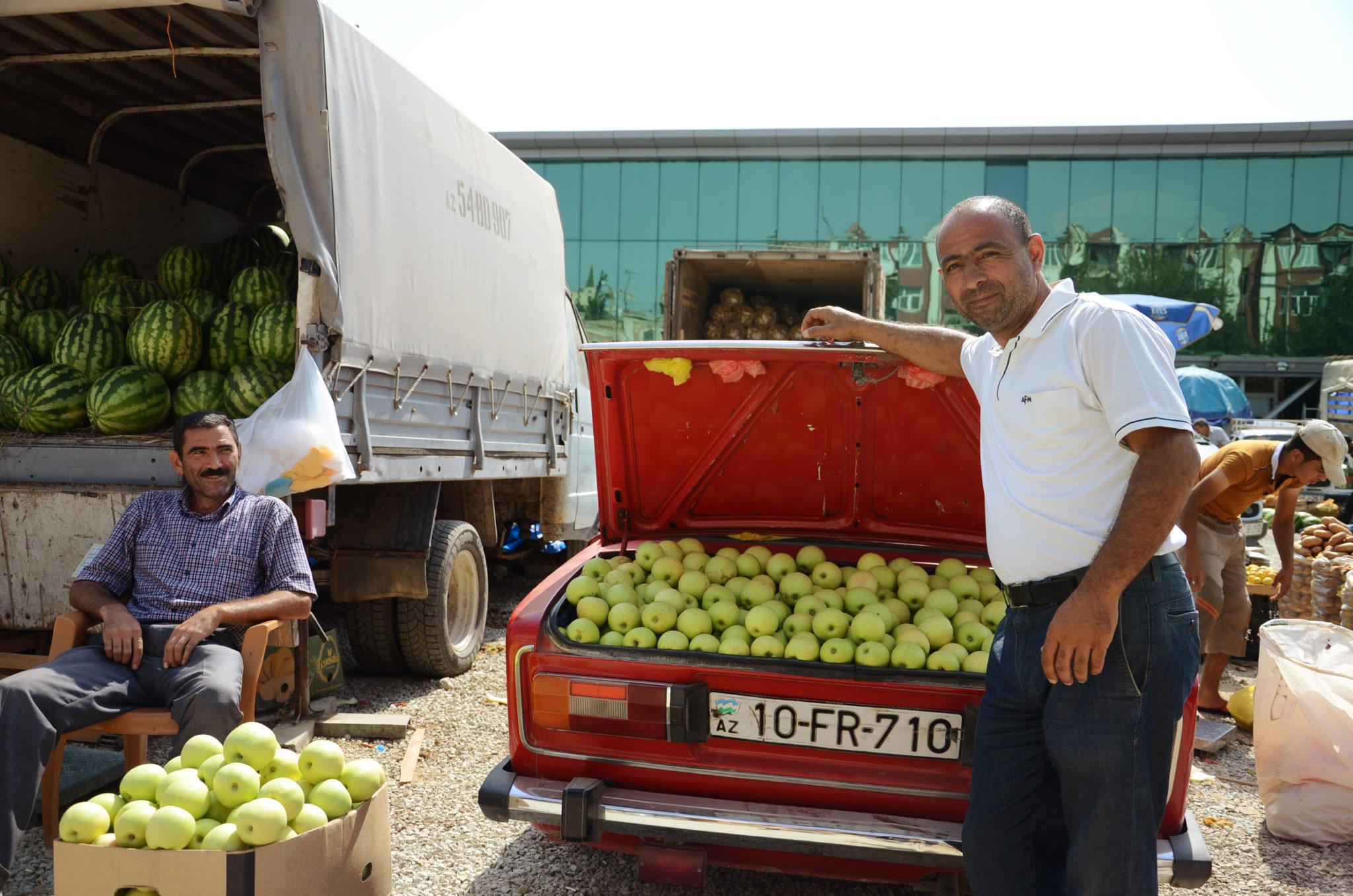 Mit dem Auto auf dem Markt in Baku