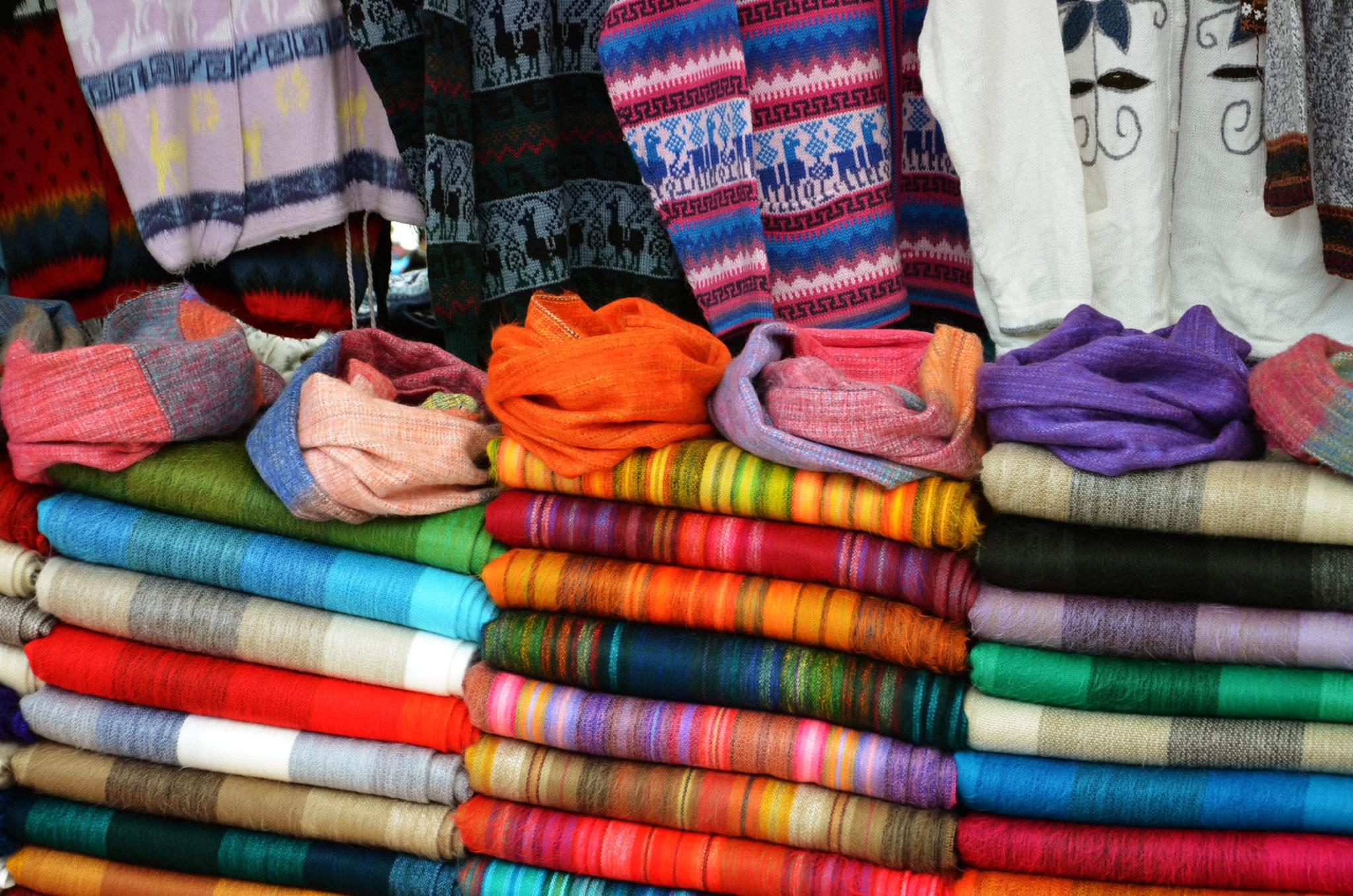 Sehenswuerdigkeiten-Ecuador-Otovalo-Andenmarkt-Handwerksmarkt