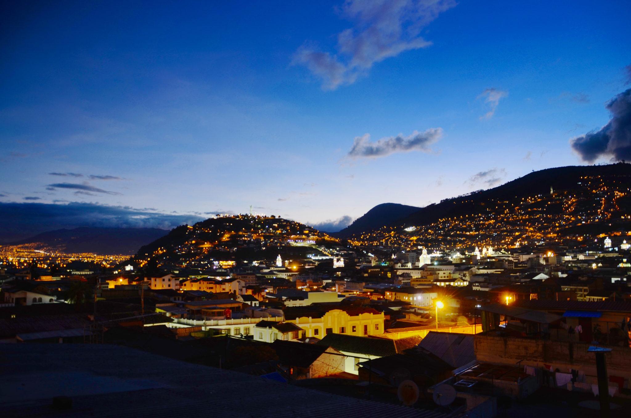Sehenswuerdigkeiten-Ecuador-Quito-Nacht-Panorama