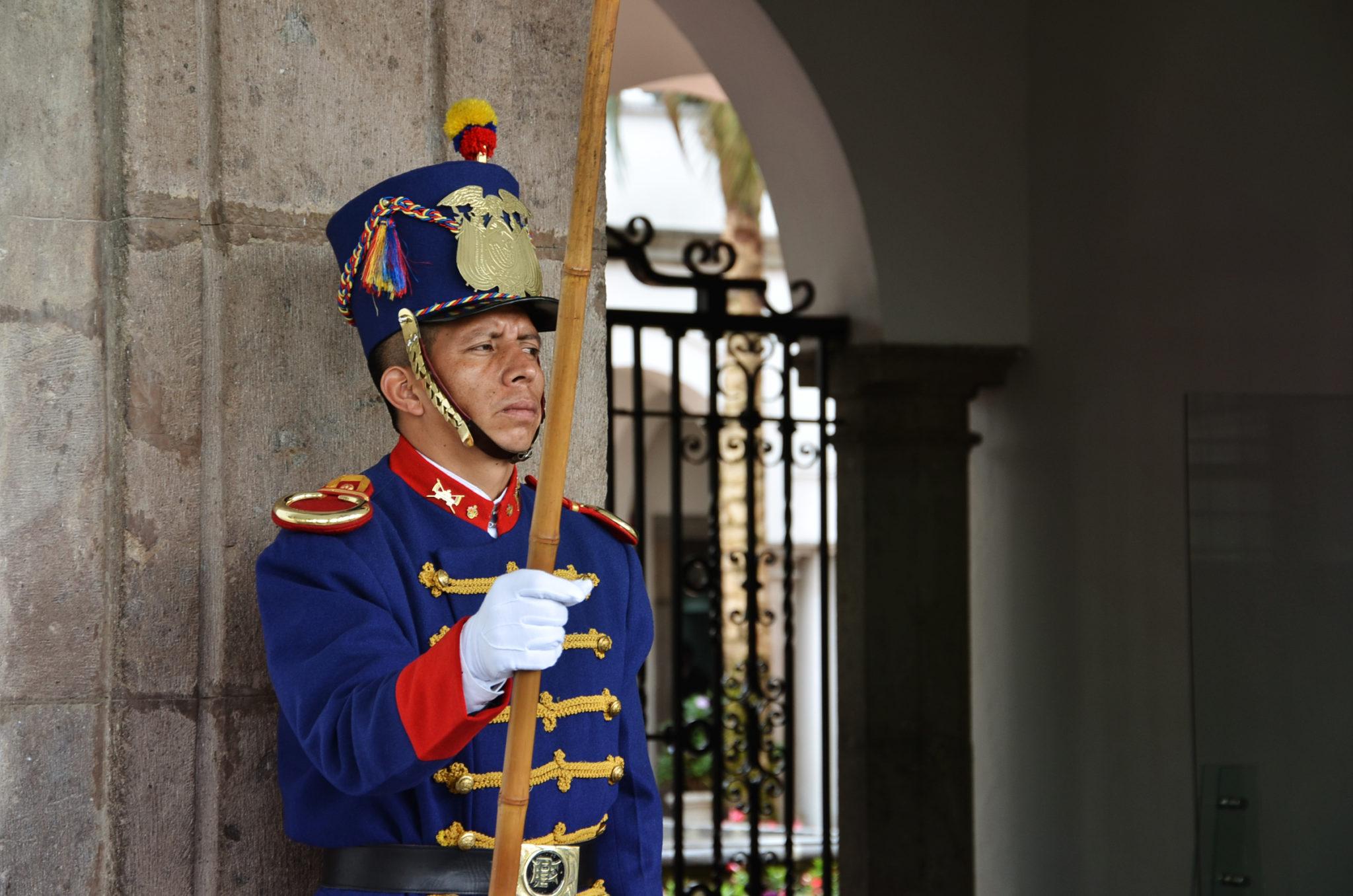 Sehenswuerdigkeiten-Ecuador-Quito-Praesidentenpalast-Wache