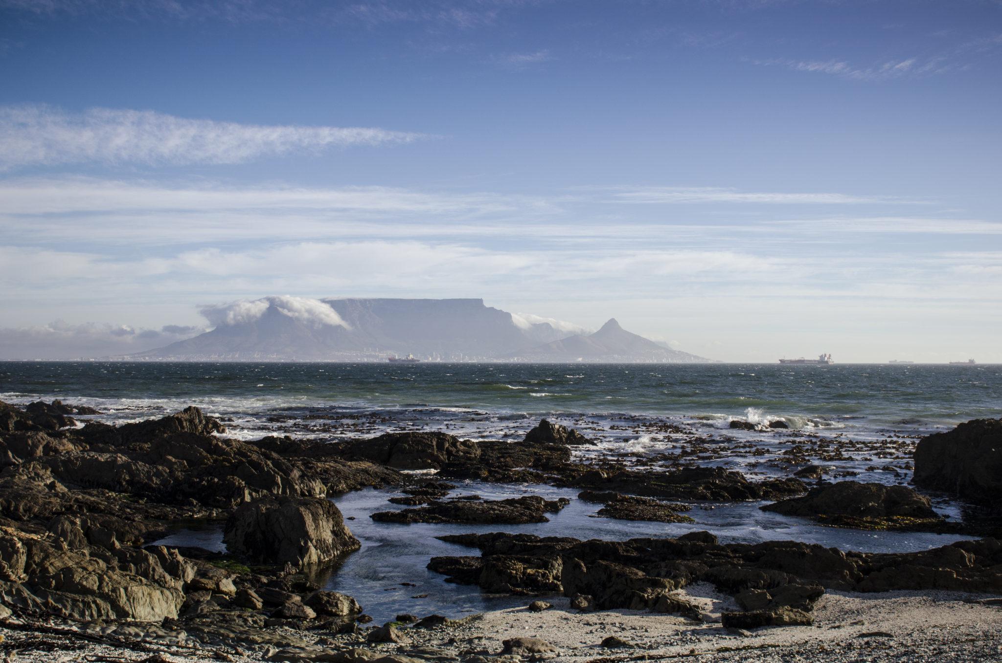 Der Blick auf den Tafelberg vom Bloubergstrand ist einer unserer Südafrika Reisetipps