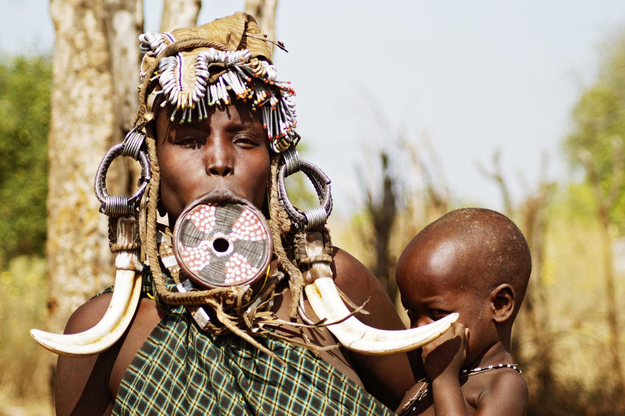 mursi-volk-aethiopien-frau-kind-hoerner