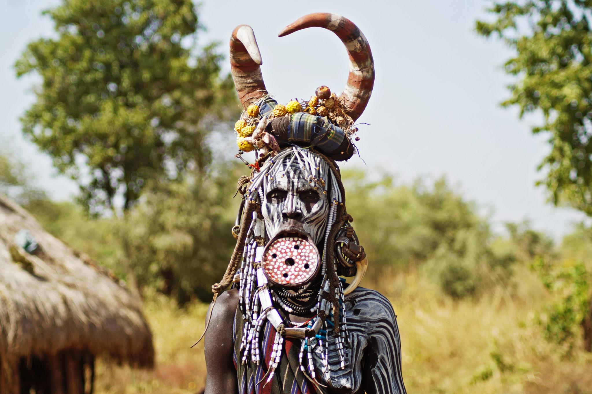 mursi-volk-aethiopien-frau-tellerlippe-hoerner