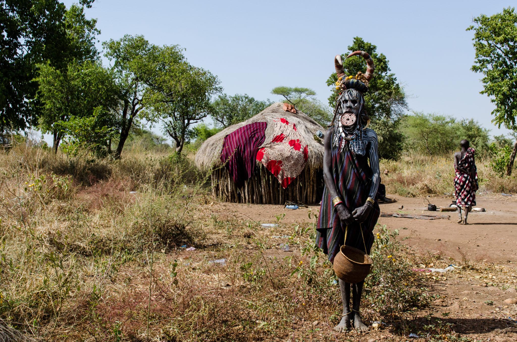 mursi-volk-aethiopien-frau-tellerlippen