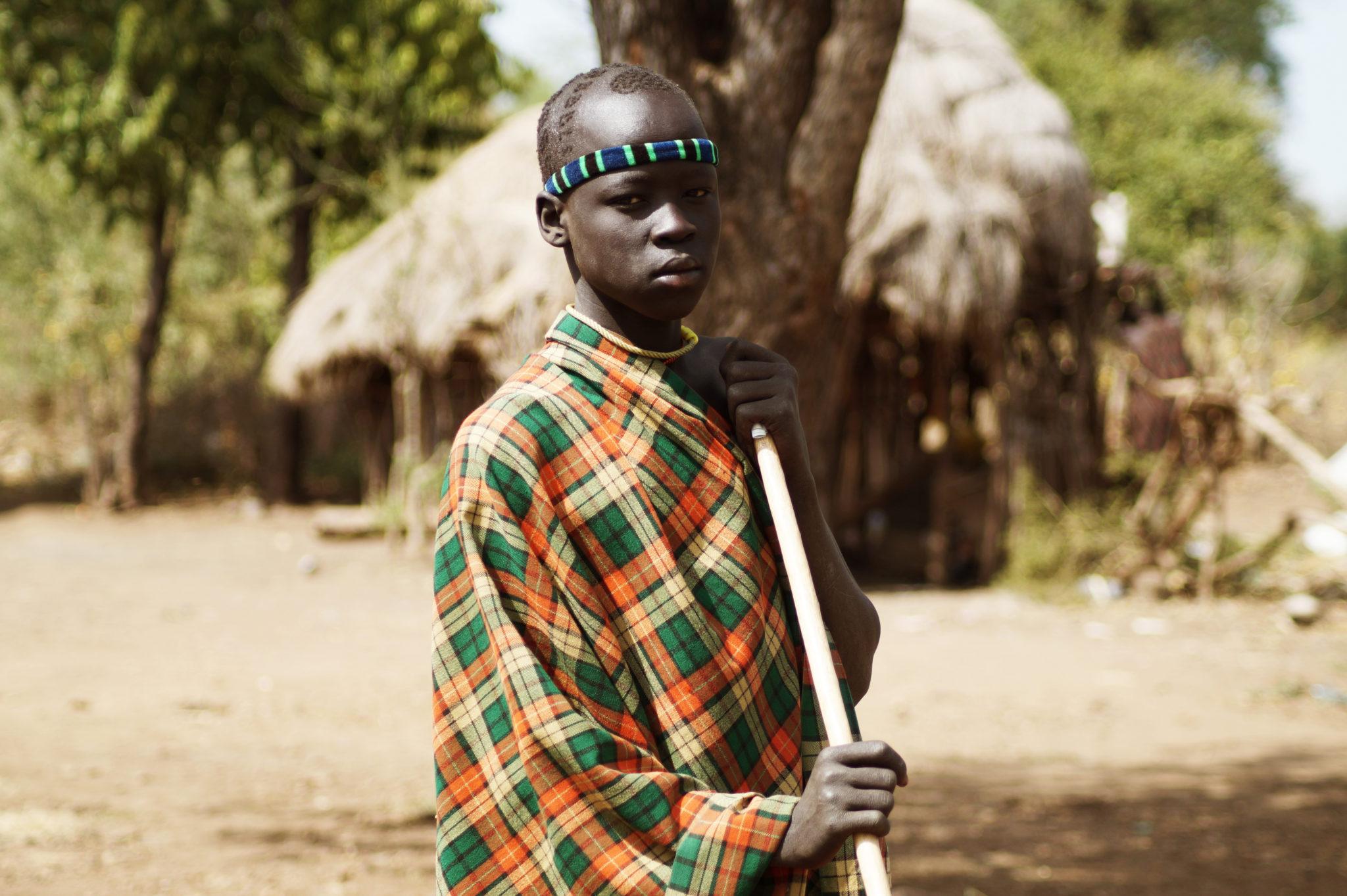 mursi-volk-aethiopien-junge-krieger