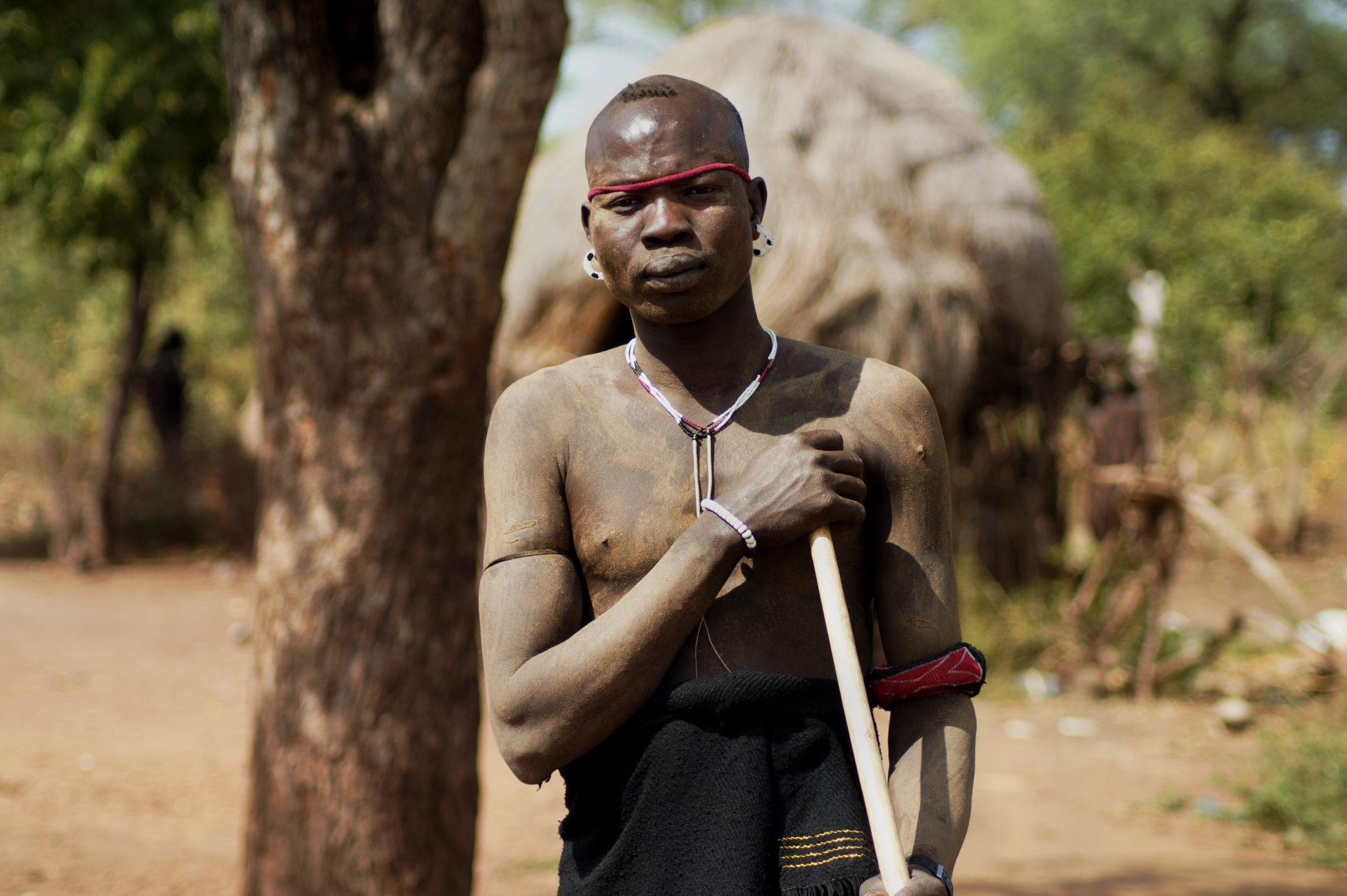 mursi-volk-aethiopien-krieger-holzstab