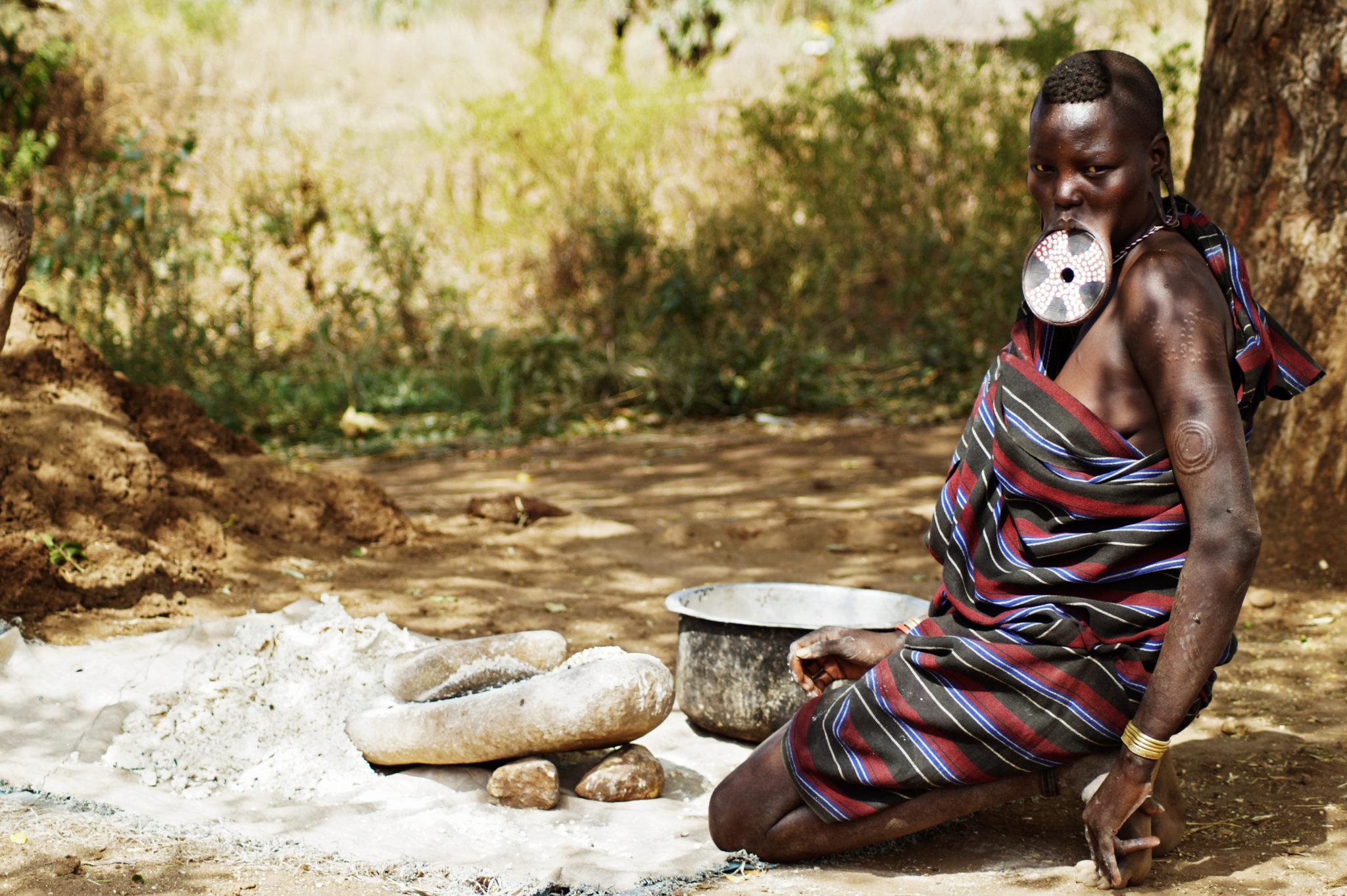 mursi-volk-aethiopien-tellerlippen-frau-lagerfeuer