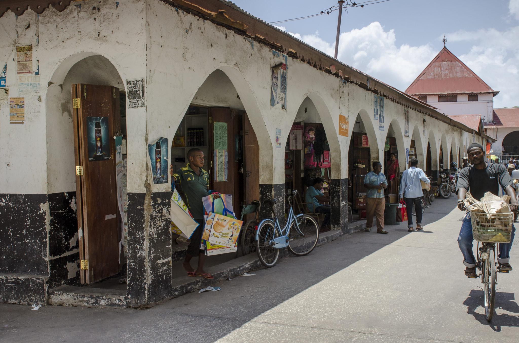 Ein einheimischer Markt in Stone Town auf Sansibar in Tansania
