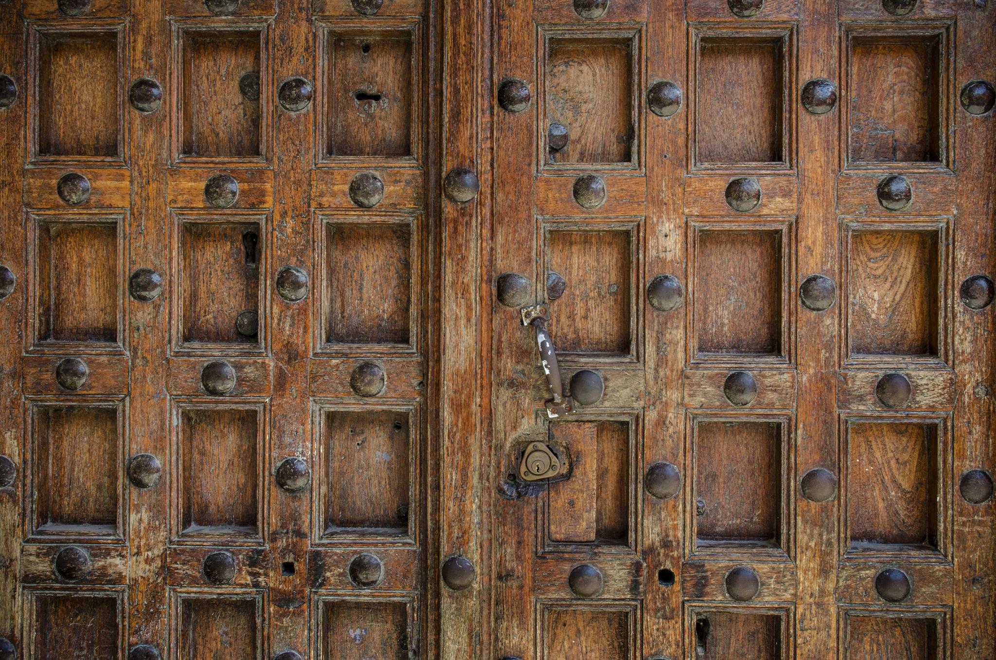 Eine Holztür in Sansibar, Tansania