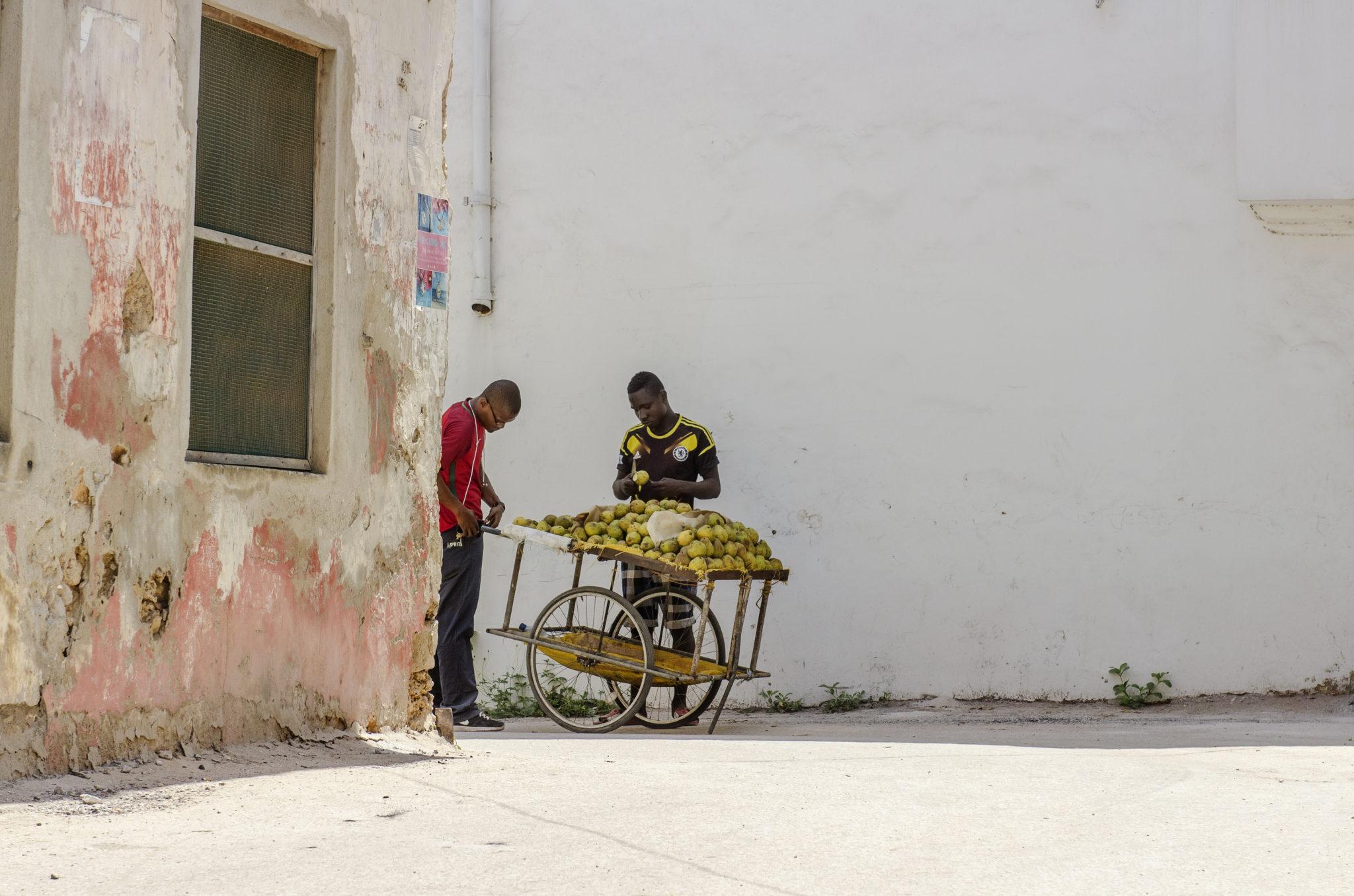 Ein Orangenverkäufer in Sansibar in Tansania