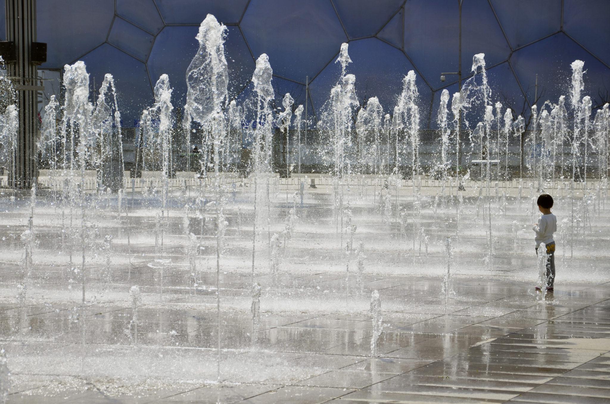 Ein Springbrunnen im Olympiapark Peking