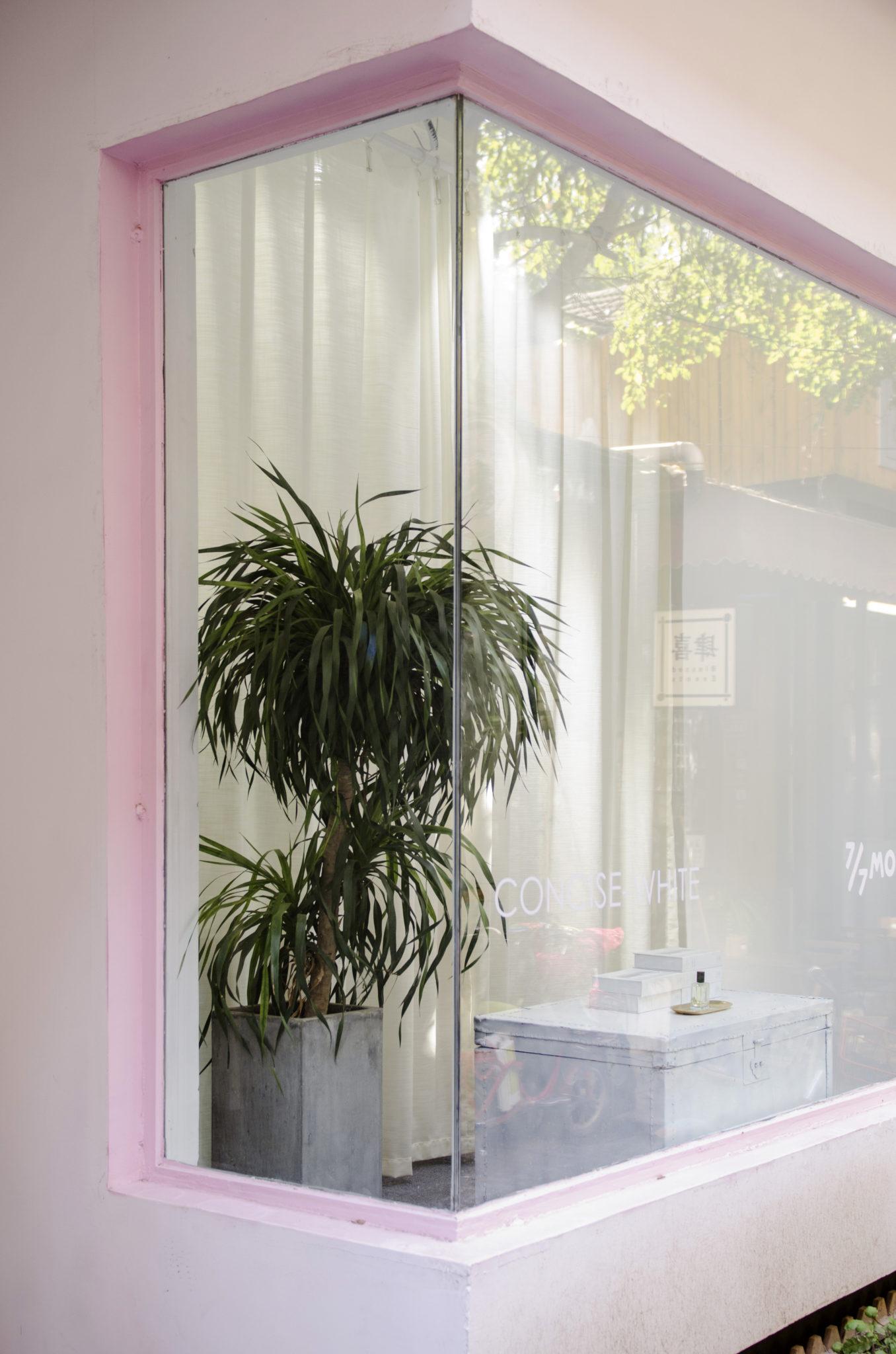 Ein Schaufenster im Art District 798 in Peking