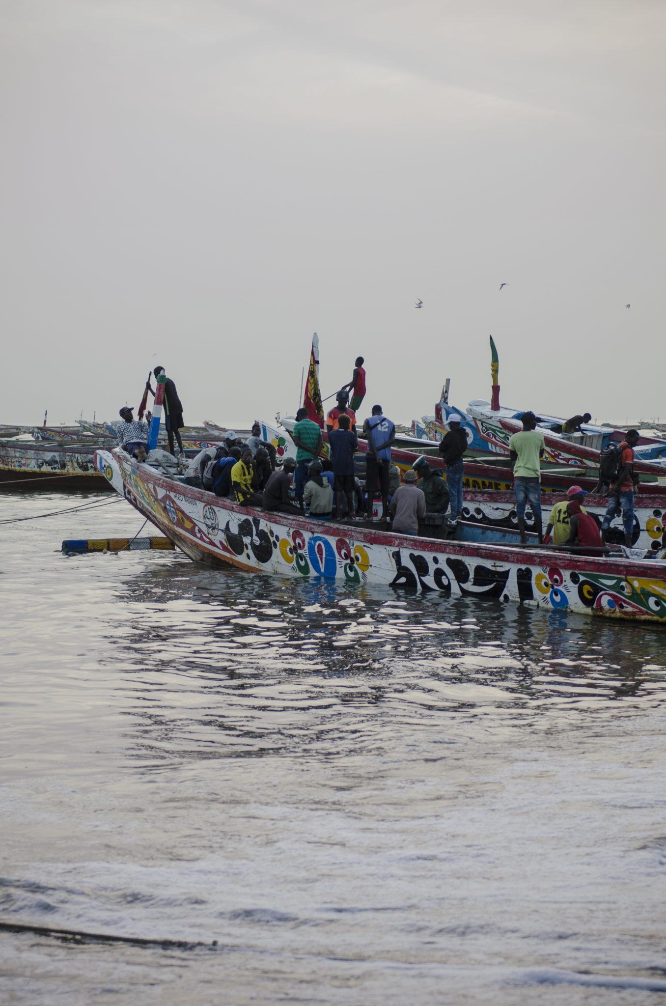 Fischmarkt-Mbour-Piroge-Senegal-im-Wasser