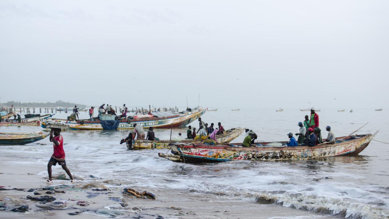 Fischmarkt-Mbour-bunte-Piroge-Senegal
