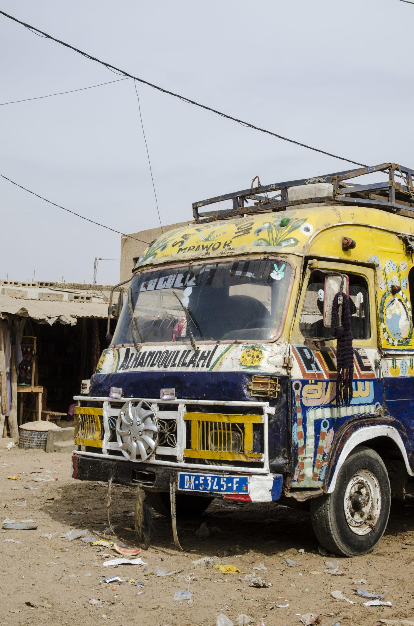 Busfahren an der Petite Côte im Senegal in Westafrika