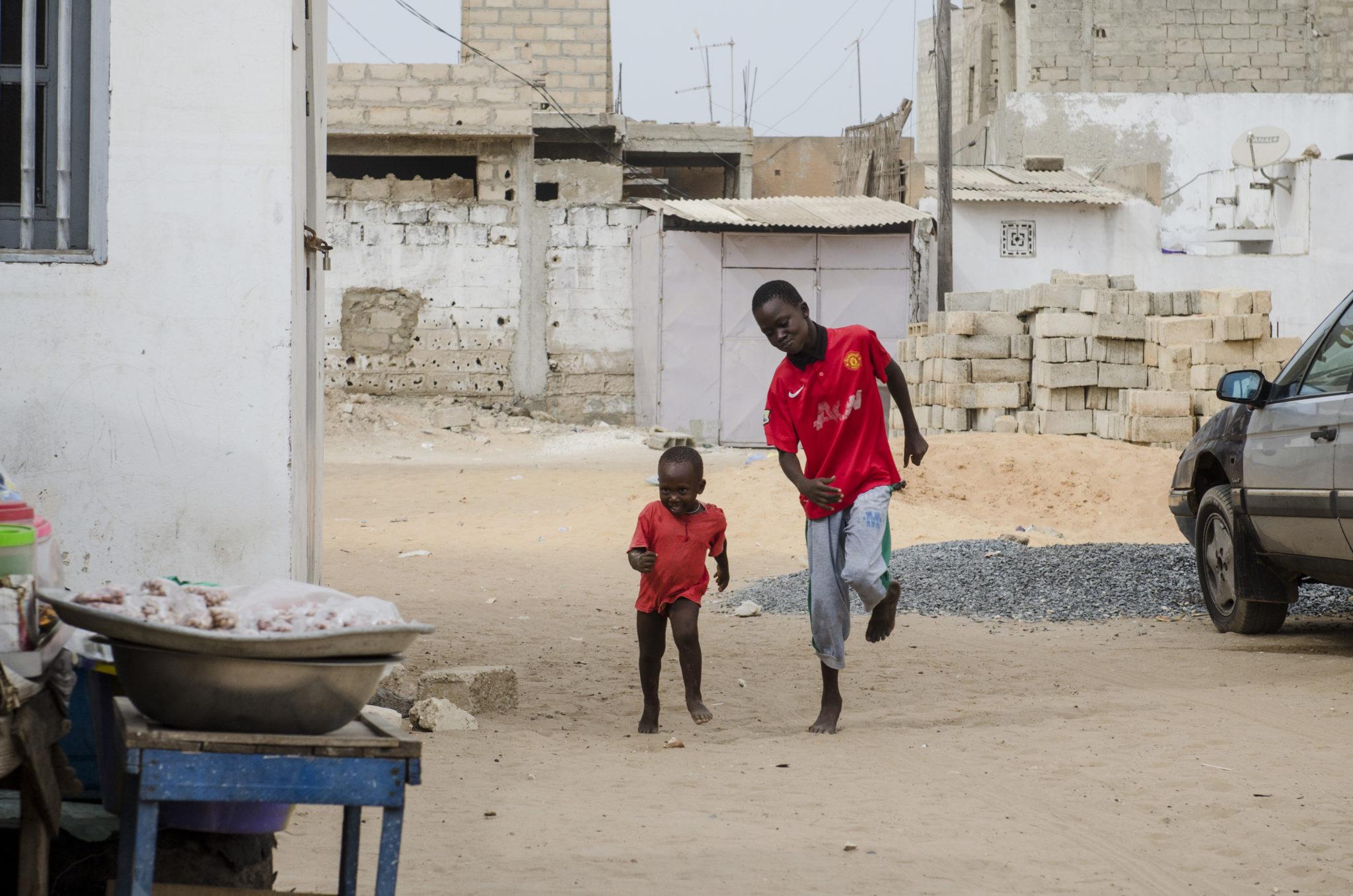 Kinder auf der Straße an der Petite Côte im Senegal