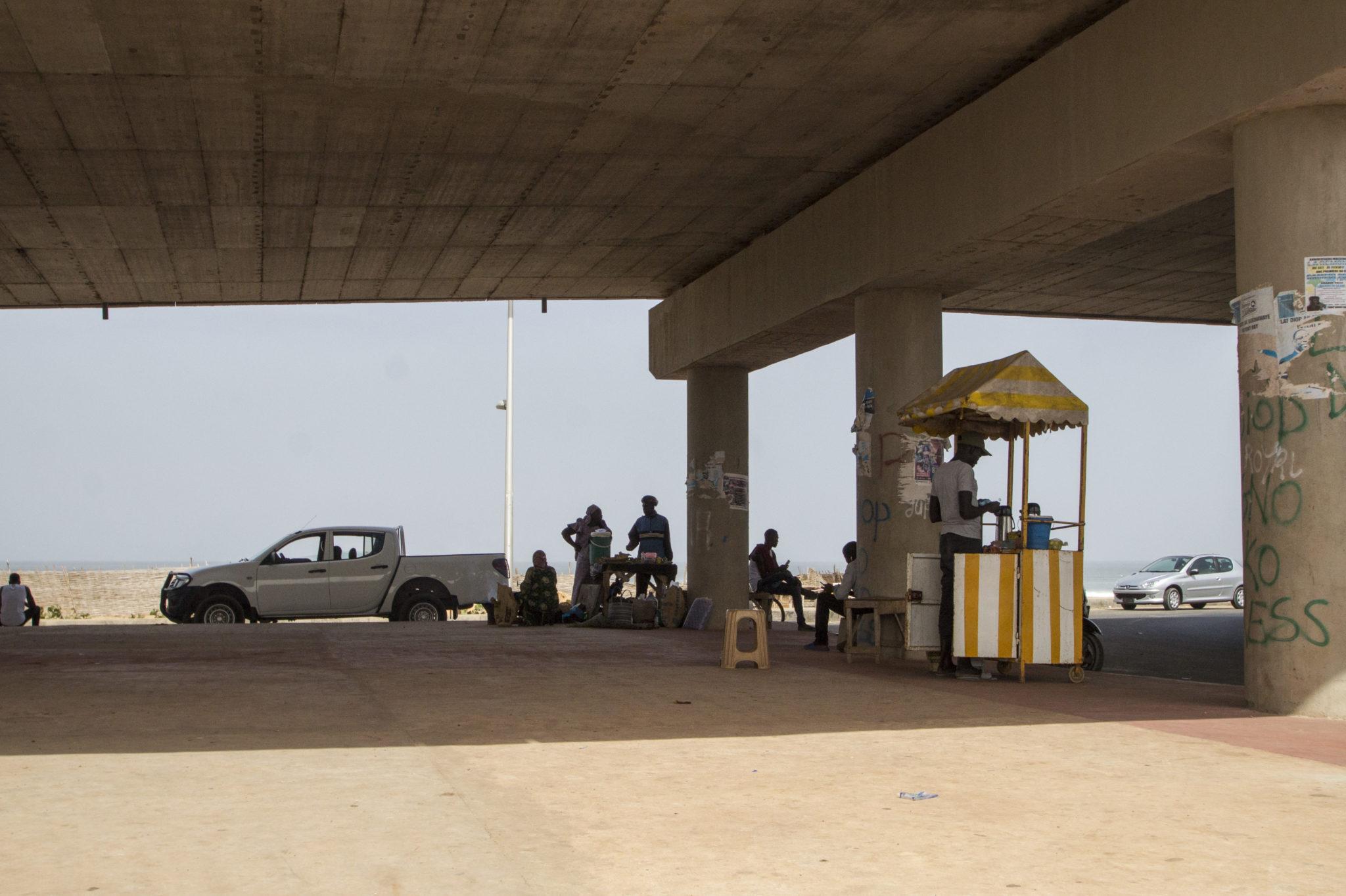 Unter einer Autobahn im Senegal