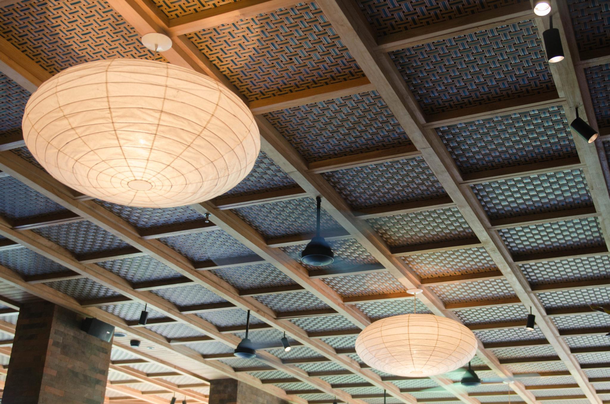 Ventilatoren und Lampenschirme im Restaurant