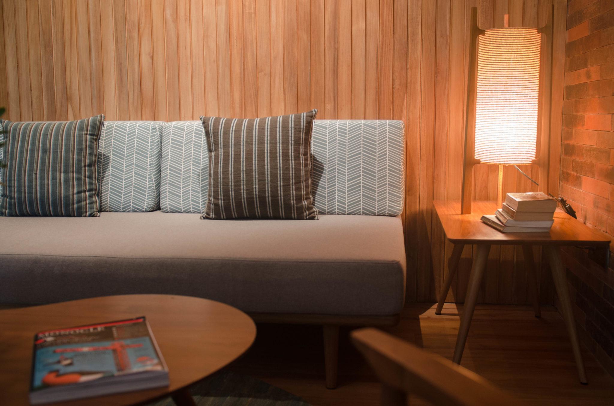 Das Sofa im Hotelzimmer des Katamama Hotel in Seminyak