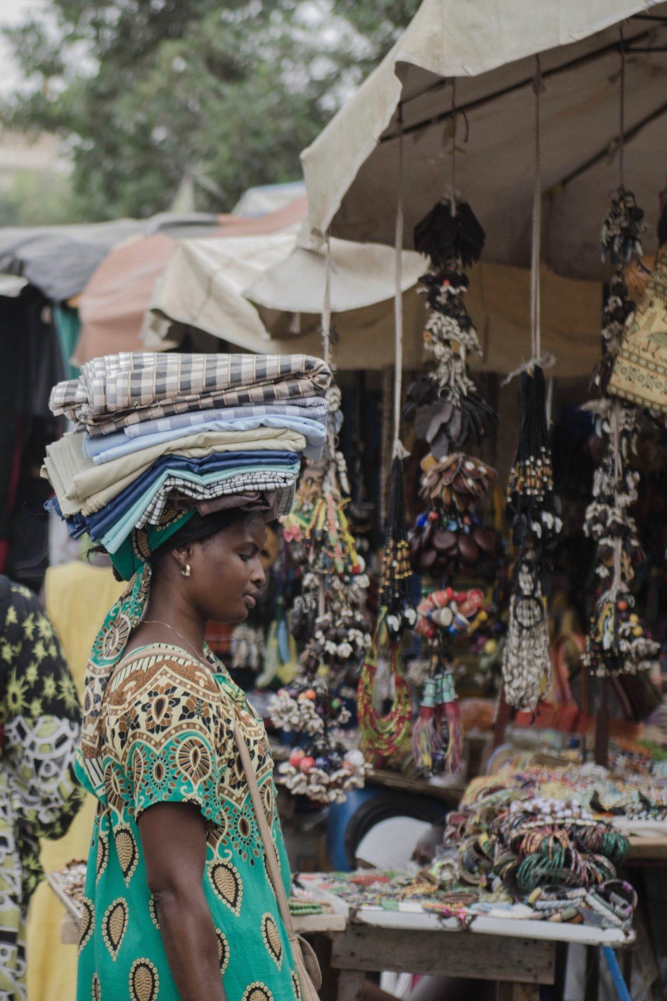 Senegal-Sehenswuerdigkeiten-Frau-Dakar-Stoff
