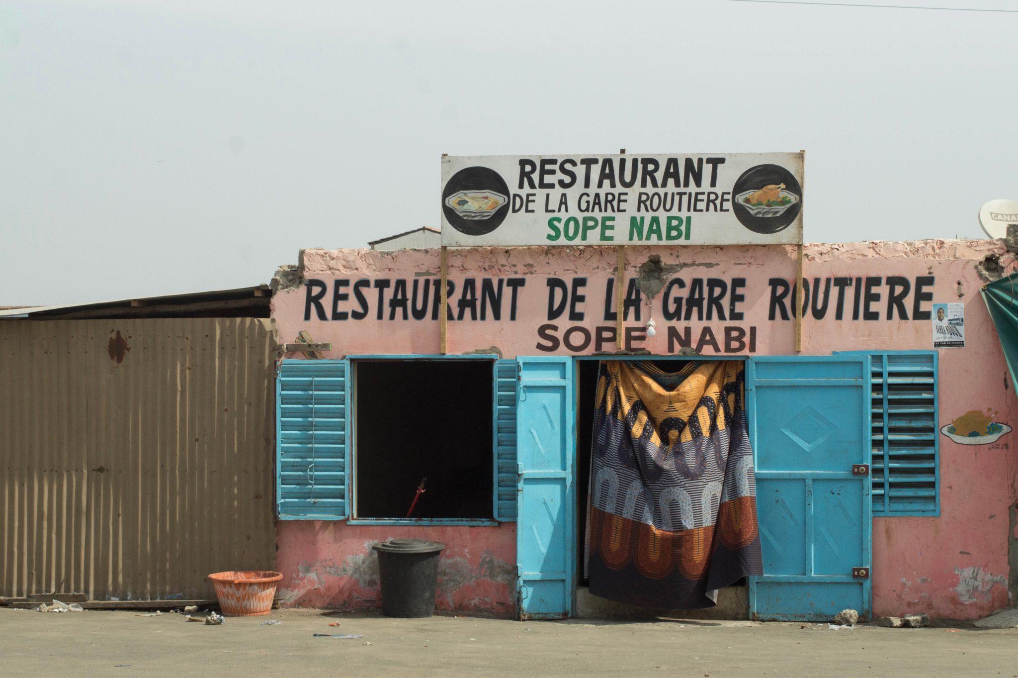 Senegal-Sehenswuerdigkeiten-Gare-Routiere-Restaurant