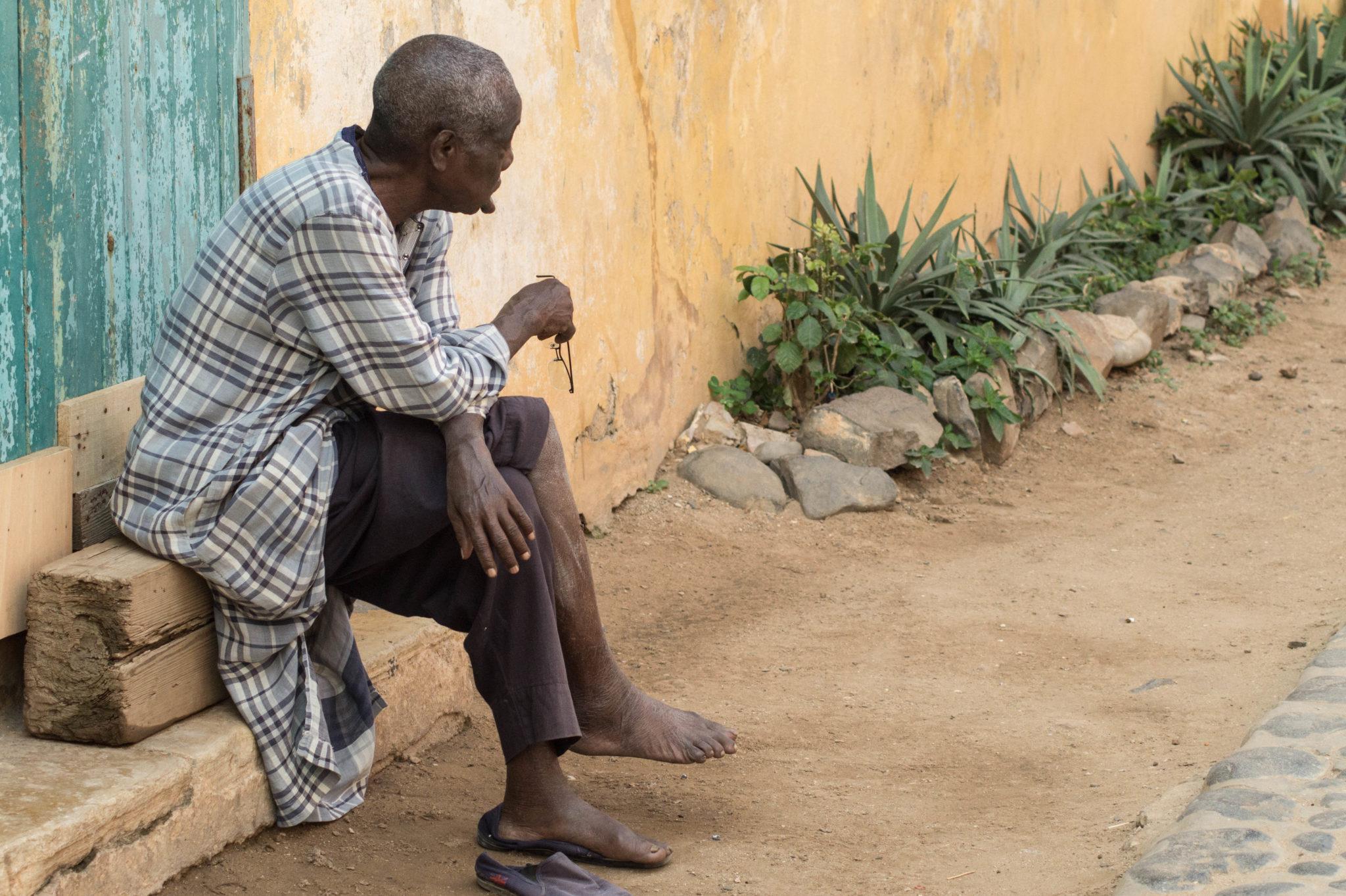 Senegal-Sehenswuerdigkeiten-Ile-de-Goree-Mann