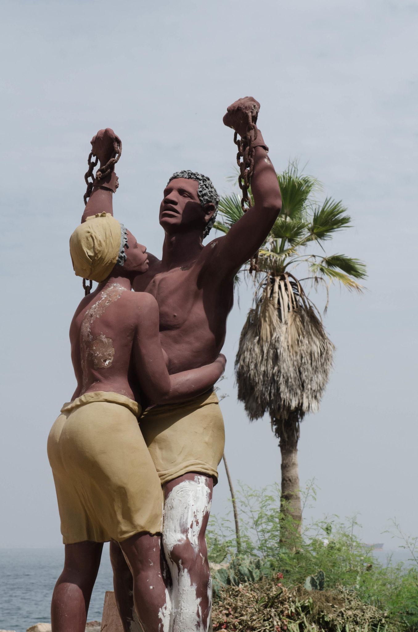 Eine Statue auf der Sklaveninsel Ile de Goree bei Dakar im Senegal