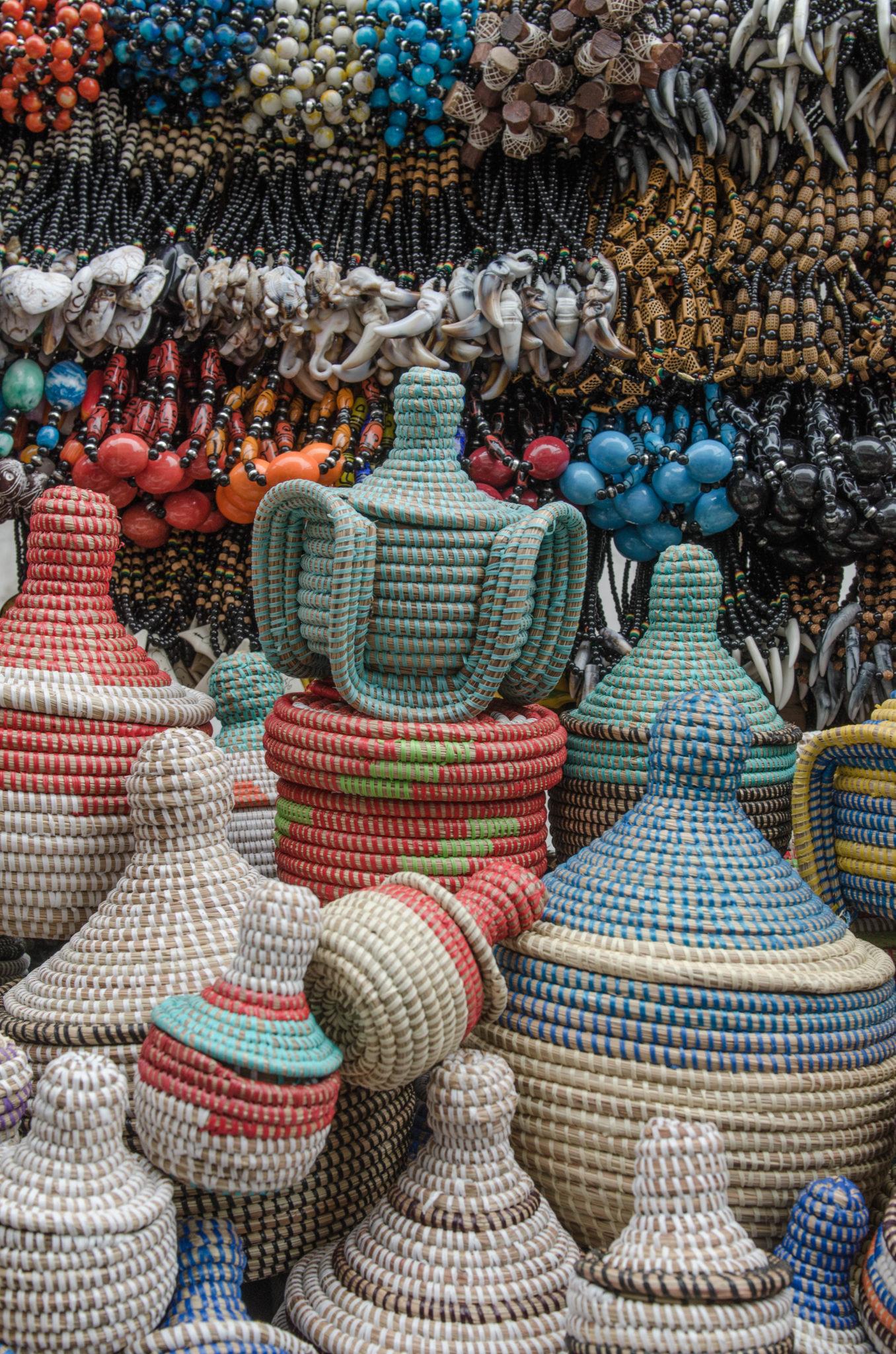 Geflochtene Körbe auf dem Markt in Mbour