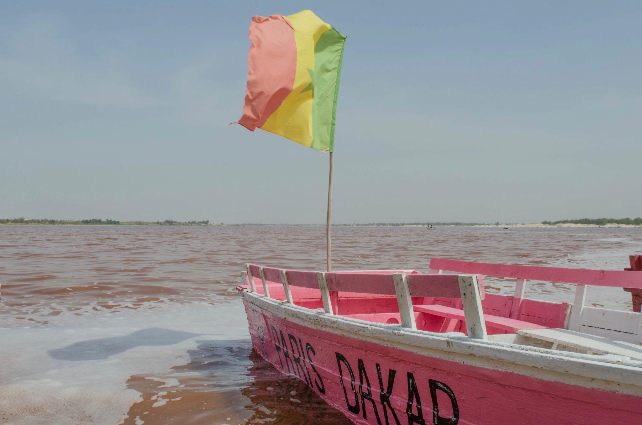 Lac Rose in der Nähe von Dakar darf bei Senegal Reisen nicht fehlen