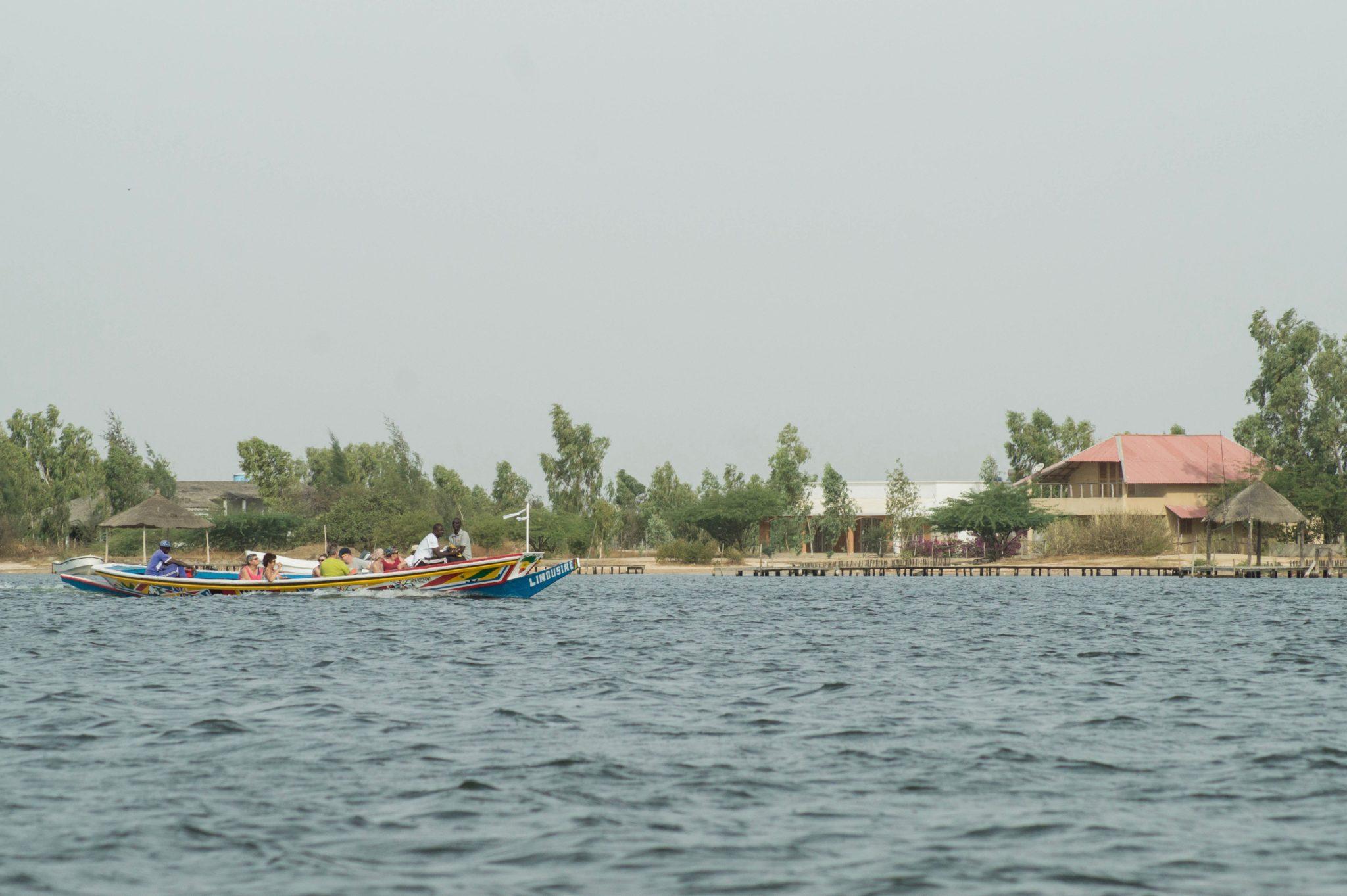 Touristen auf der Piroge in Richtung Le Bazouk du Saloum im Sine Saloum Senegal