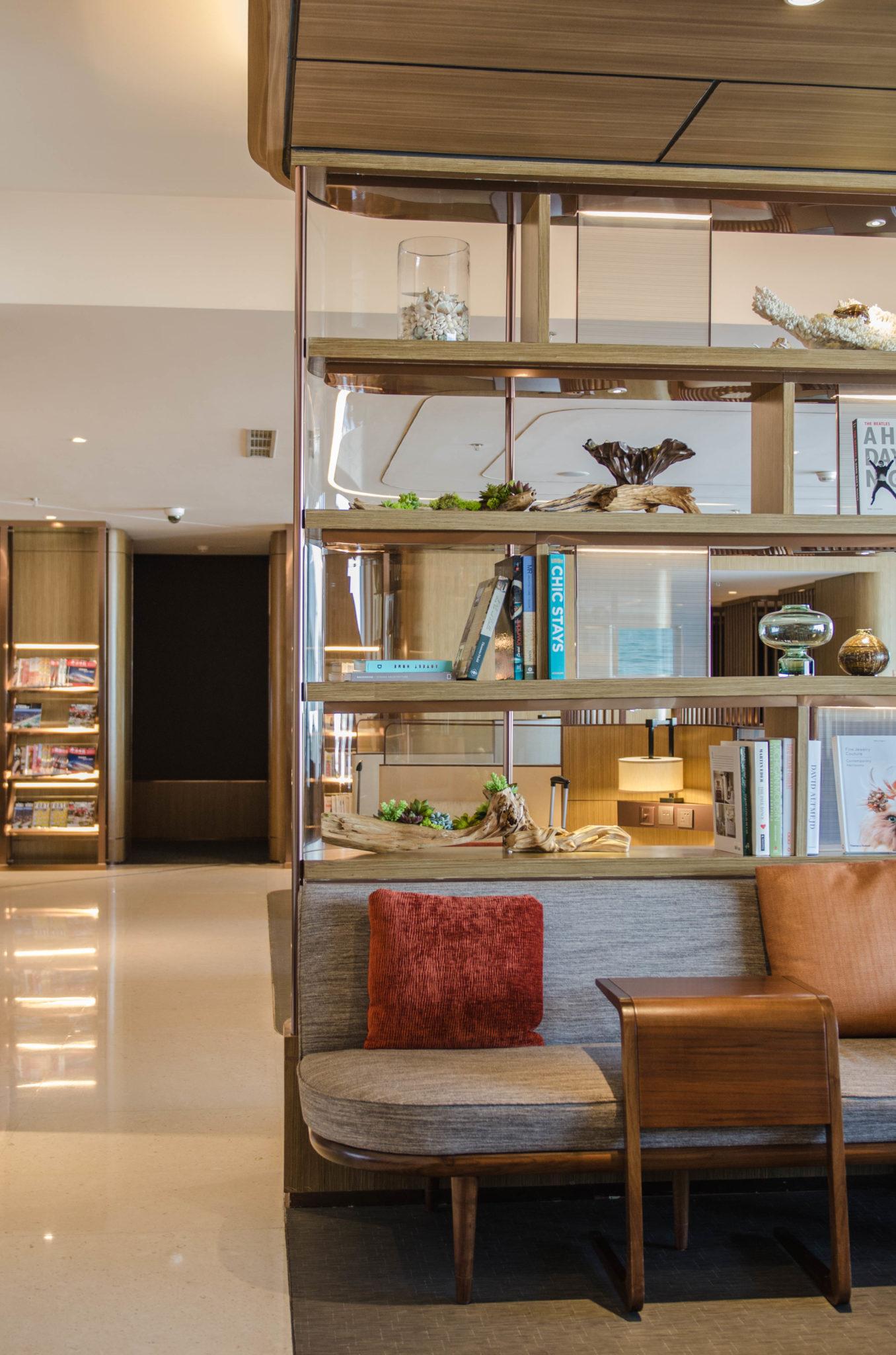 Schlichtes Design und viel Holz: Die Hainan Business Class Lounge in Peking ist schick und edel.