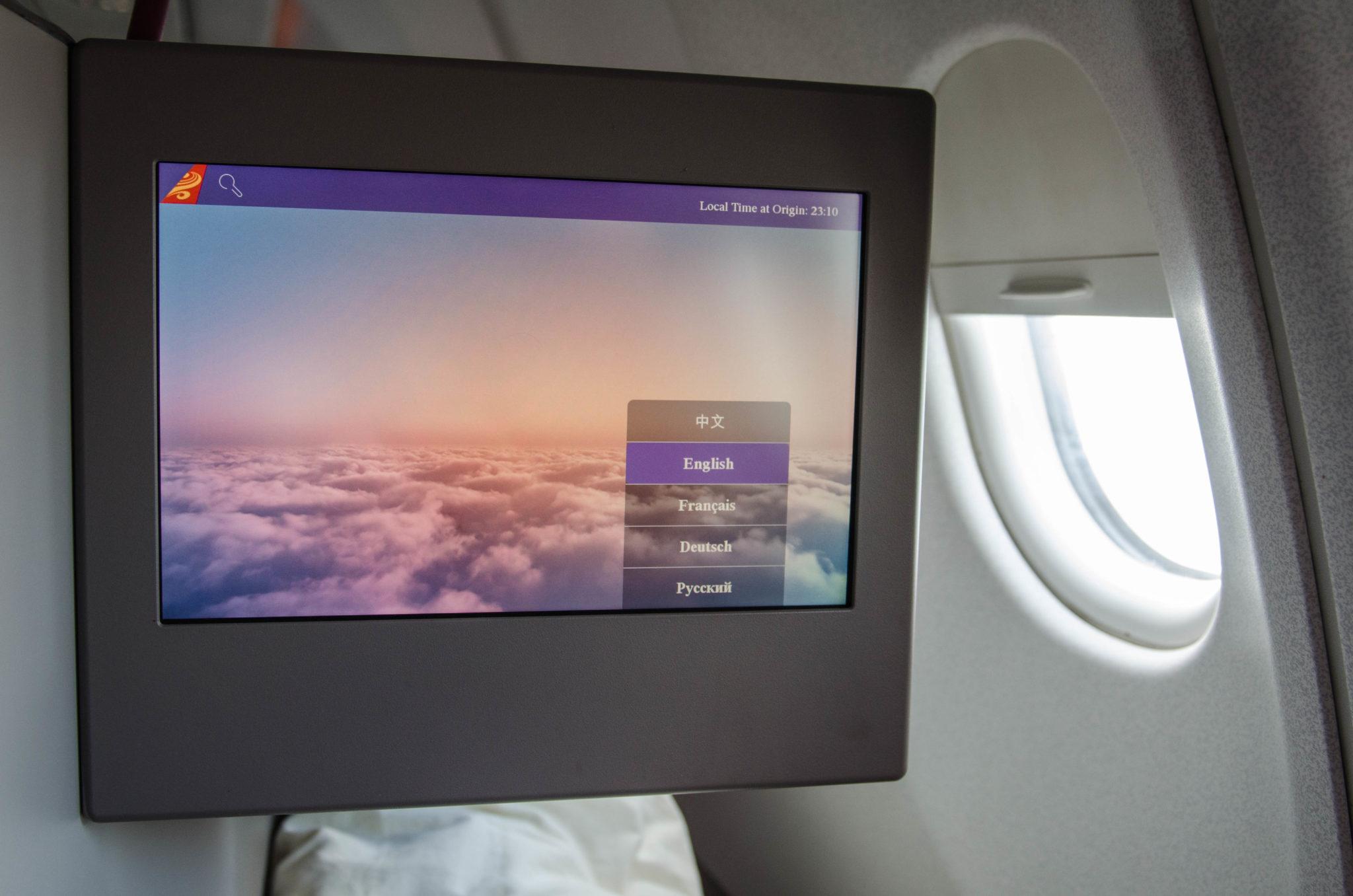 Große Monitore sorgen für entspanntes Entertainment in der Hainan Business Class