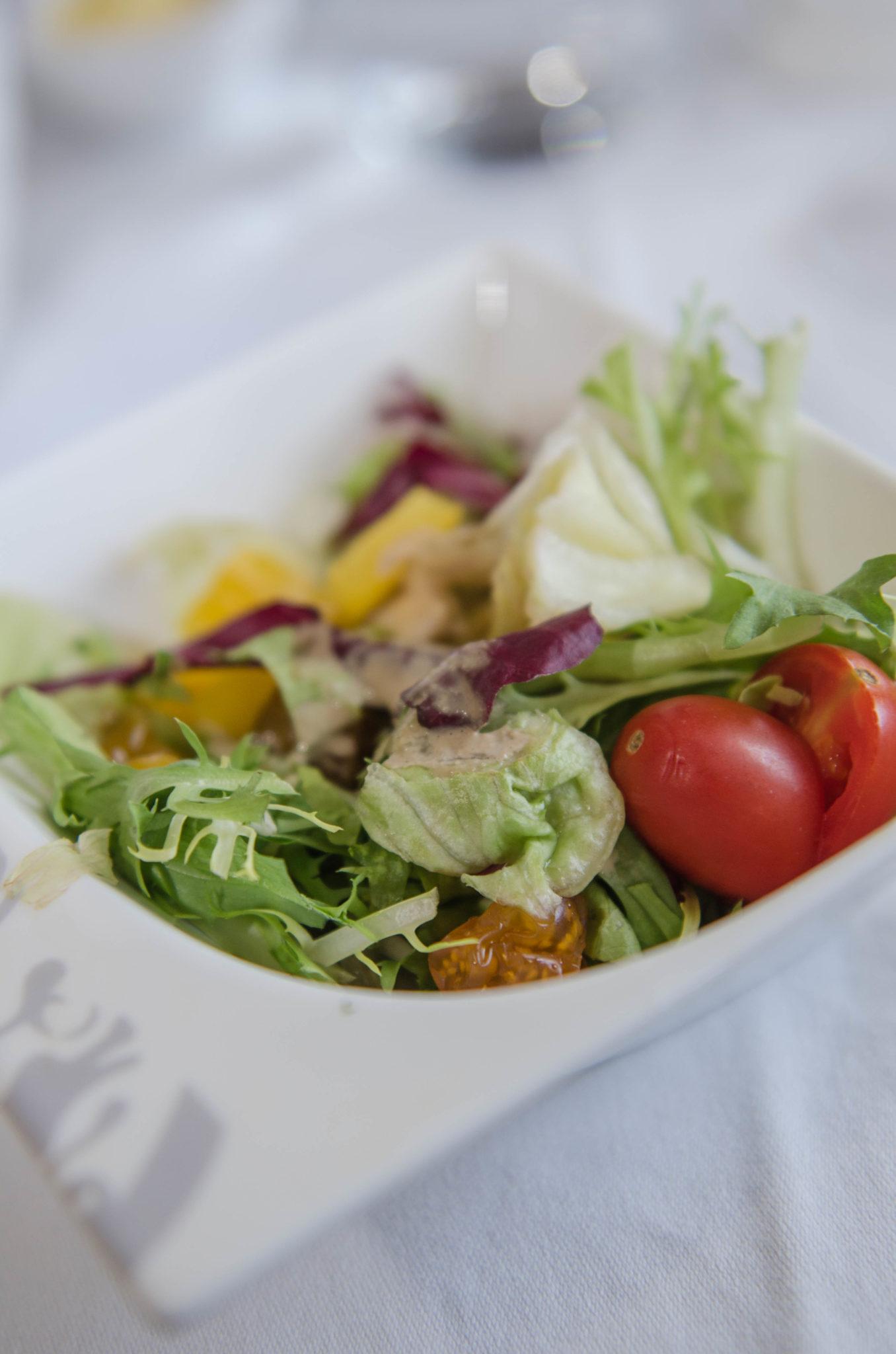 Frischen Salat gibt es in der Hainan Business Class dazu