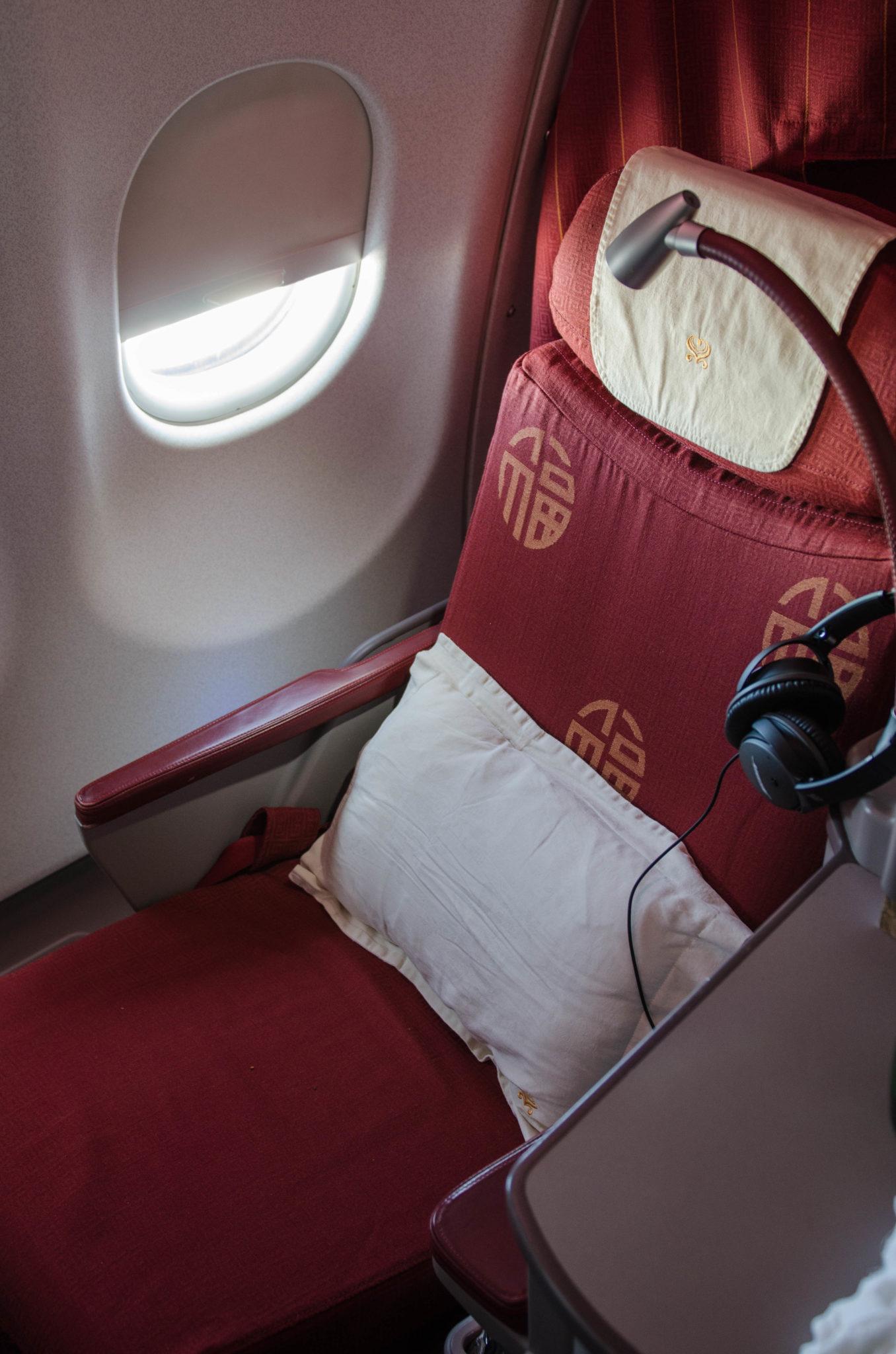 Kopfhörer und eine kleine Lampe sorgen für den nötigen Komfort in der Hainan Business Class