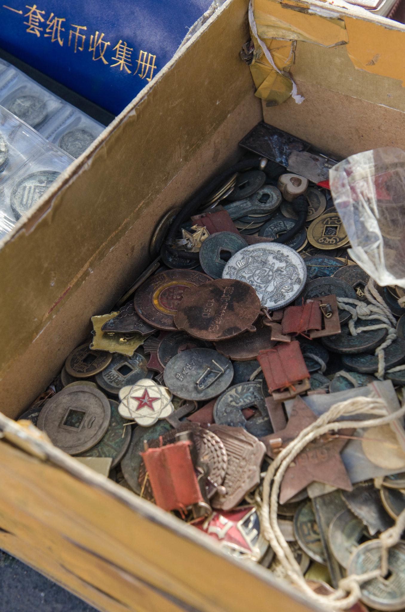 Wie alt diese Münzen wohl sind? Verkauft werden sie auf dem Markt Panjiayuan in Peking.