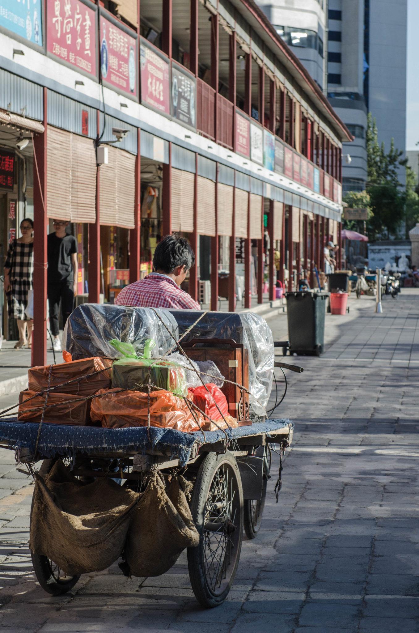 Aus ganz China und der Mongolei kommen die Verkäufer, die hier auf dem Panjiayuan Antikmarkt ihre Gegenstände verkaufen.