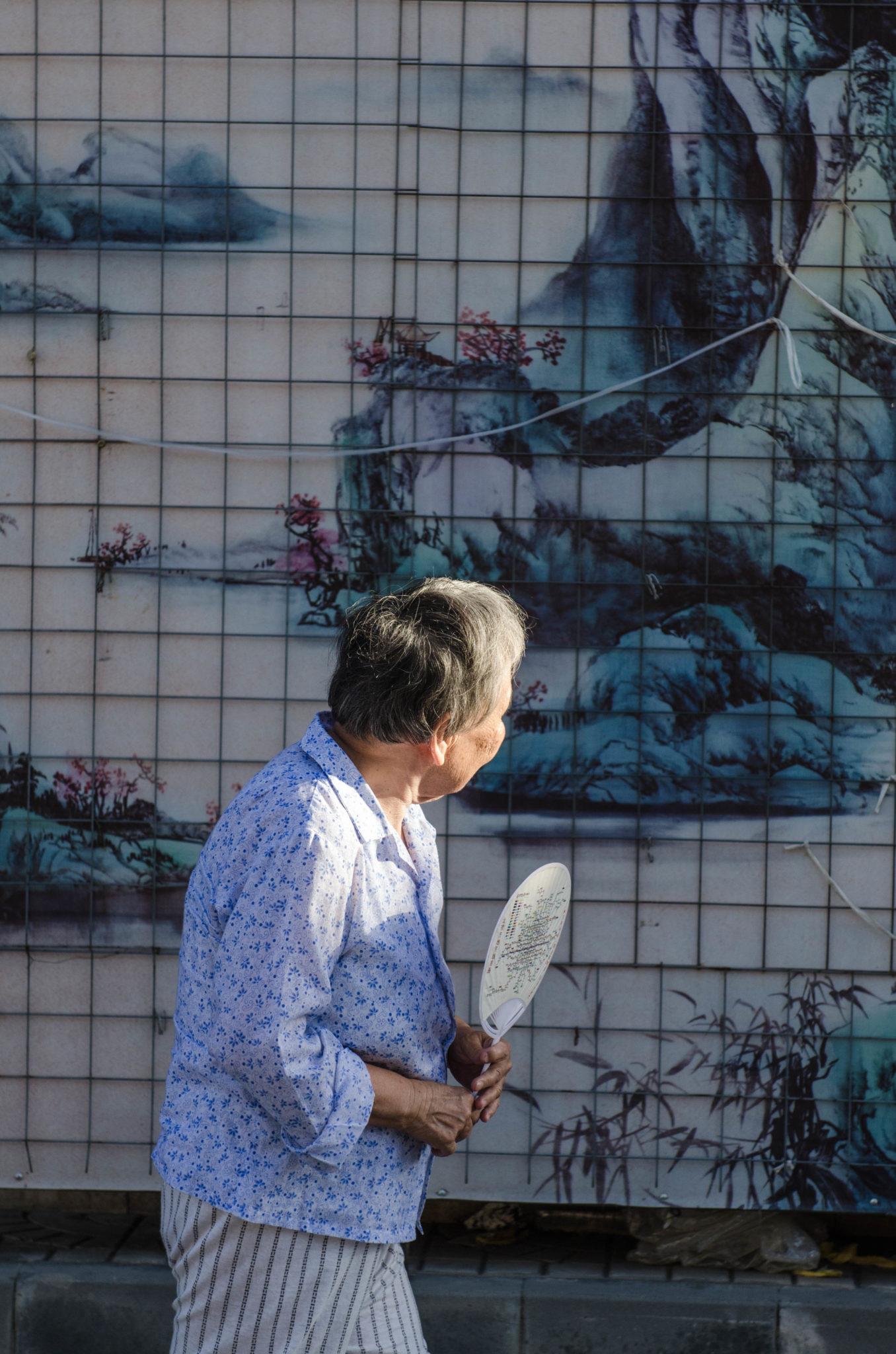 Shoppen in der Sonne? Das machen auch die Einheimischen gern auf dem Panjiayuan Flomarkt in Peking.