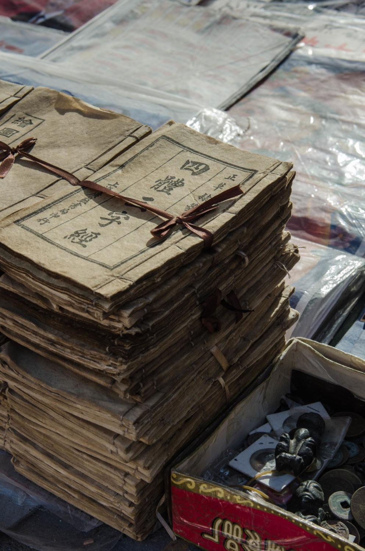 Ein Stapel alter Zeitungen auf dem Flohmarkt in Peking
