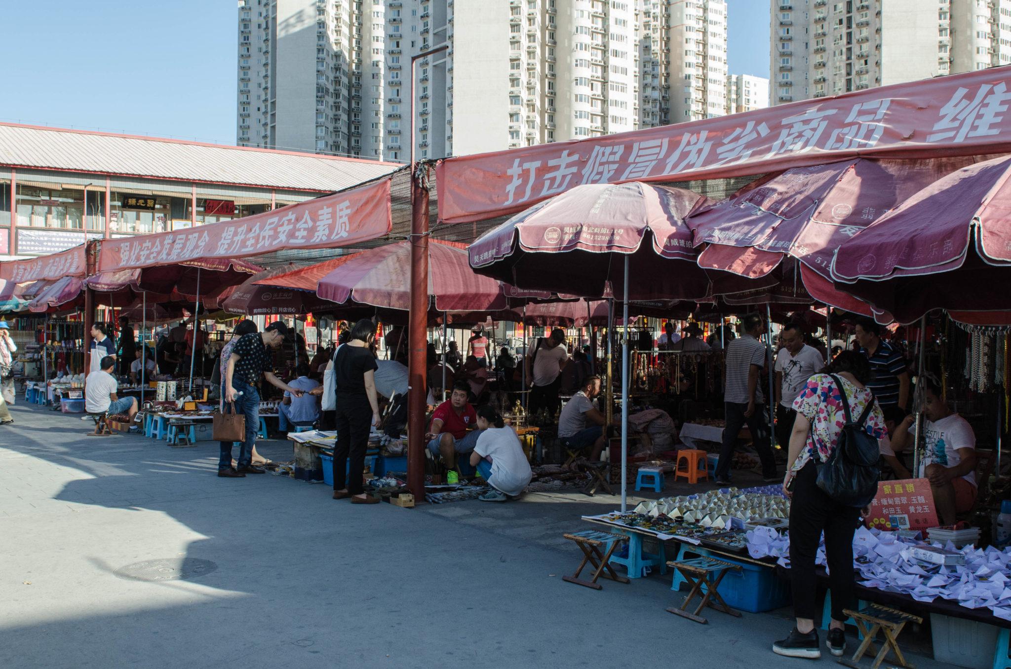 Der Panjiayuan Markt in Peking beherbergt antike Schätze und die etwas anderen Souvenire