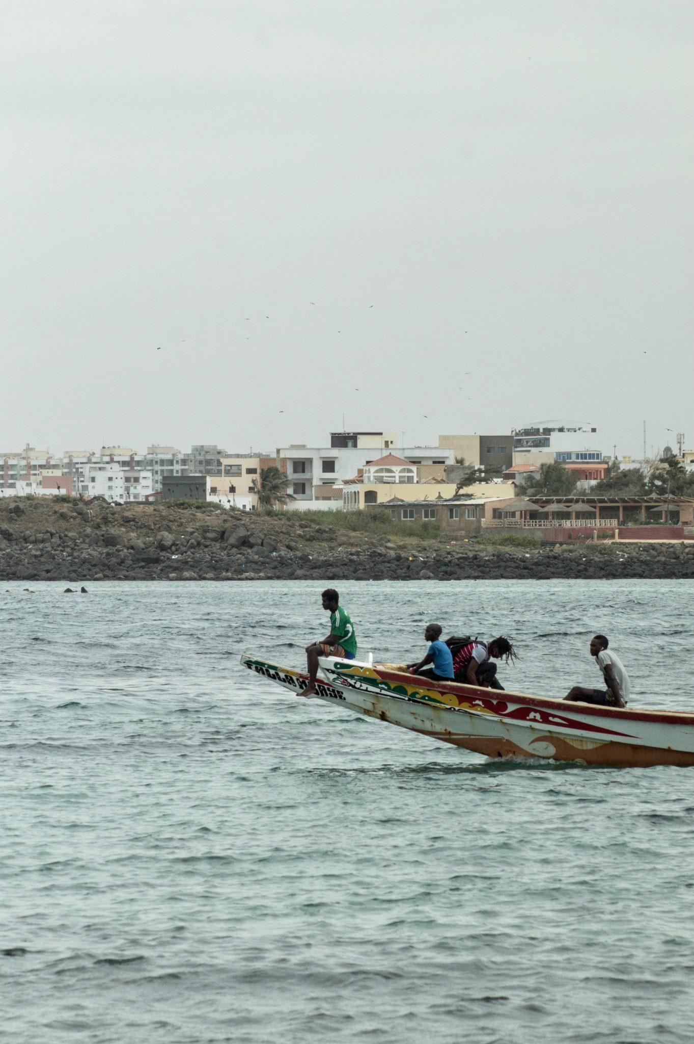Surf Senegal: Die Anreise nach Ngor Island in Dakar erfolgt über kleine Holzboote, die in Ngor ablegen