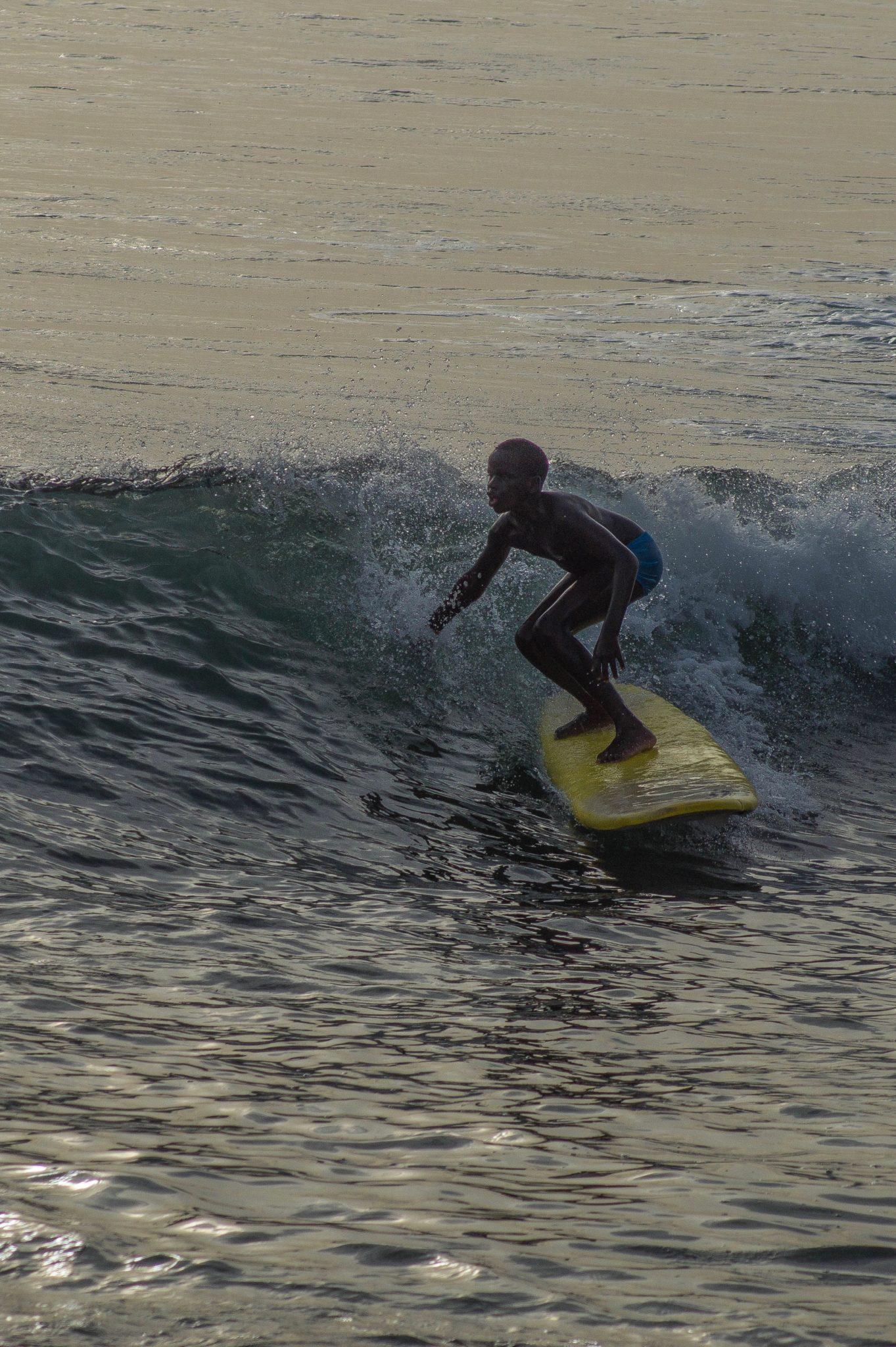 Surf Senegal: An der Promenade von Les Almadies in Dakar befinden sich viele Cafés und Restaurants, die einen perfekten Ausblick auf die Surfer bieten.