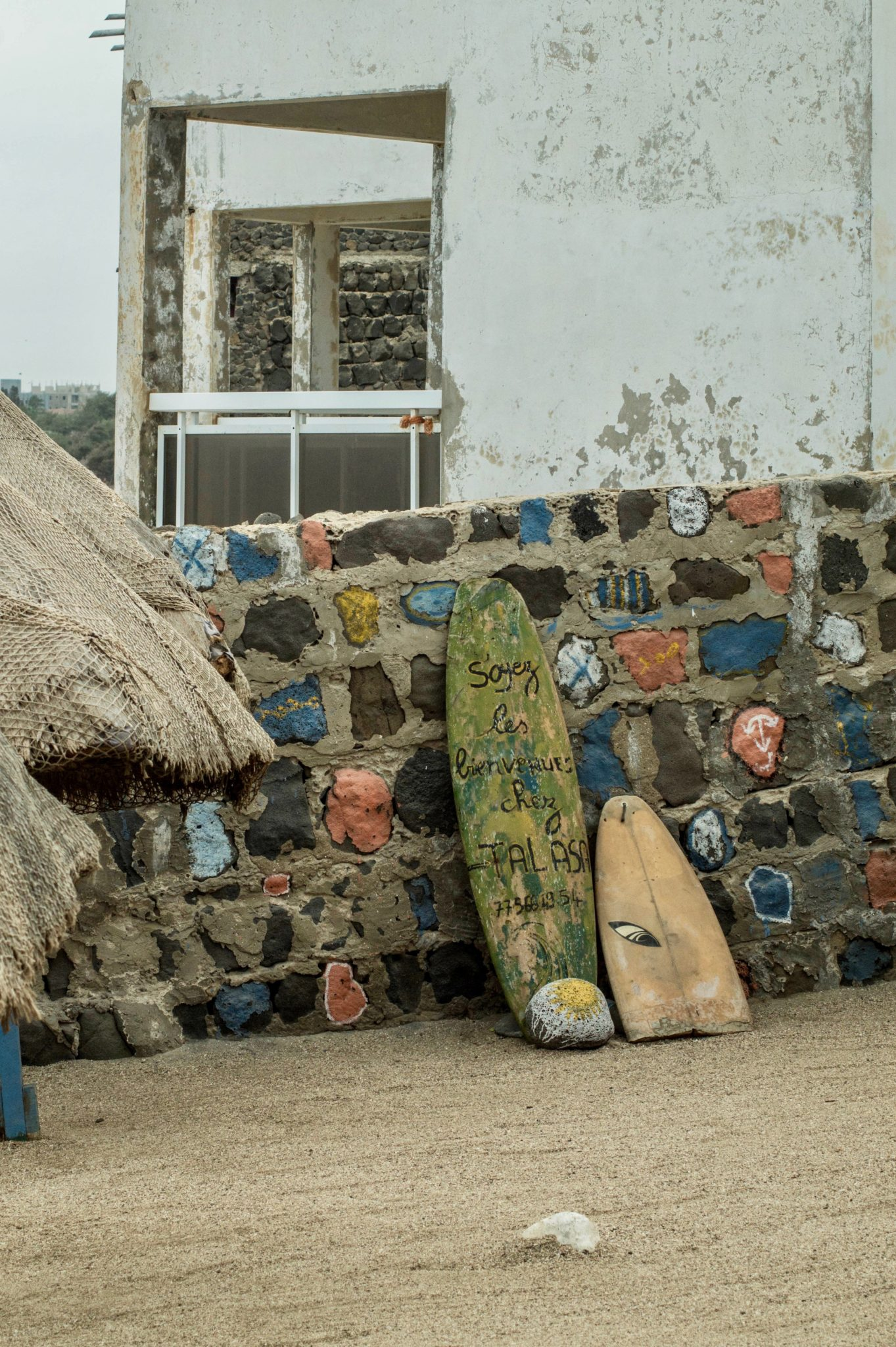 Surf Senegal: Zur Dekoration stehen auf Ngor Island in Dakar überall alte Surfbretter.