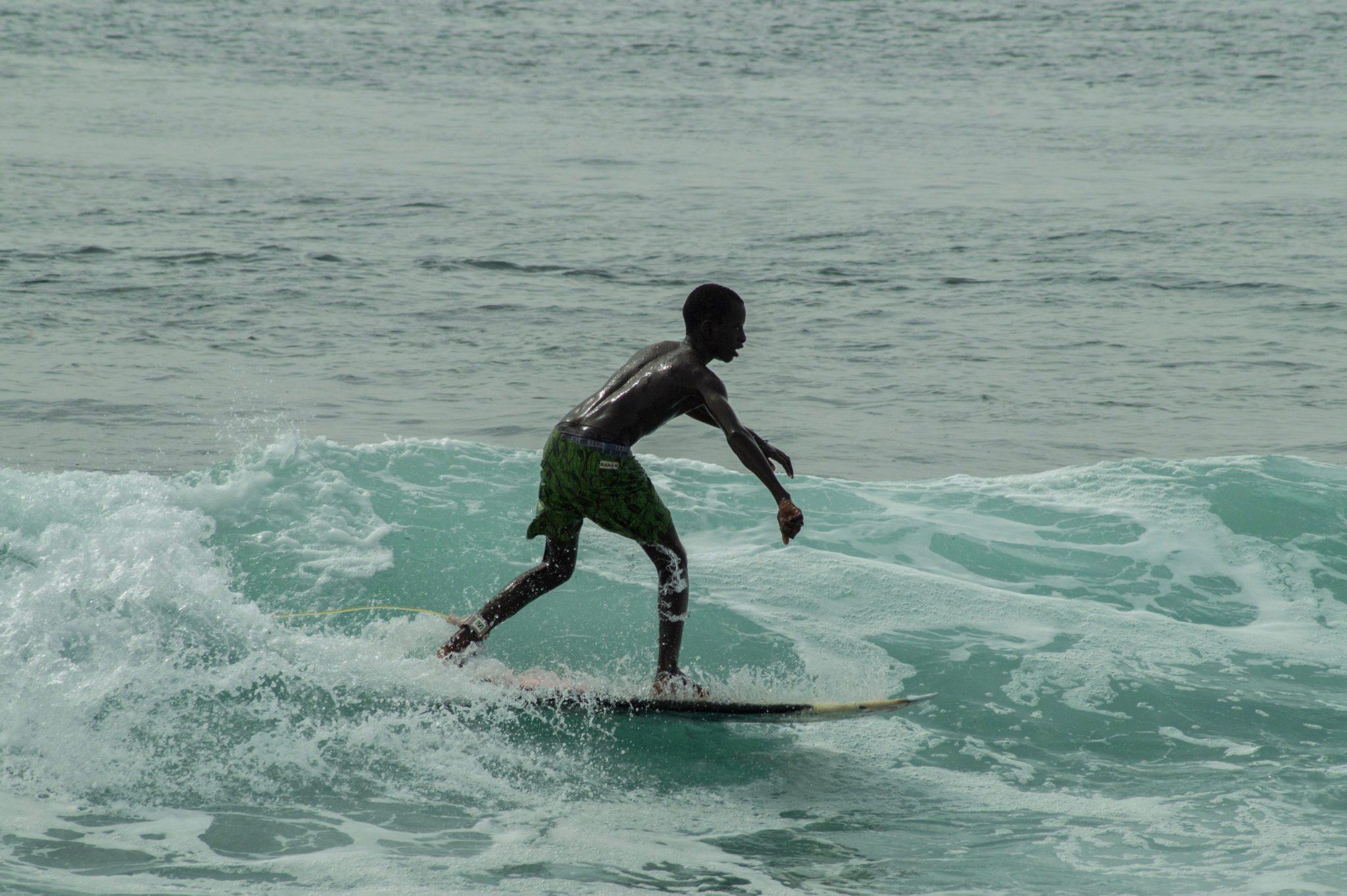 Surf Senegal: Gerade Dakar ist ein echtes Surfmekka. Die Wellen im Viertel Les Almadies sind für Anfänger und Fortgeschrittene zu empfehlen.